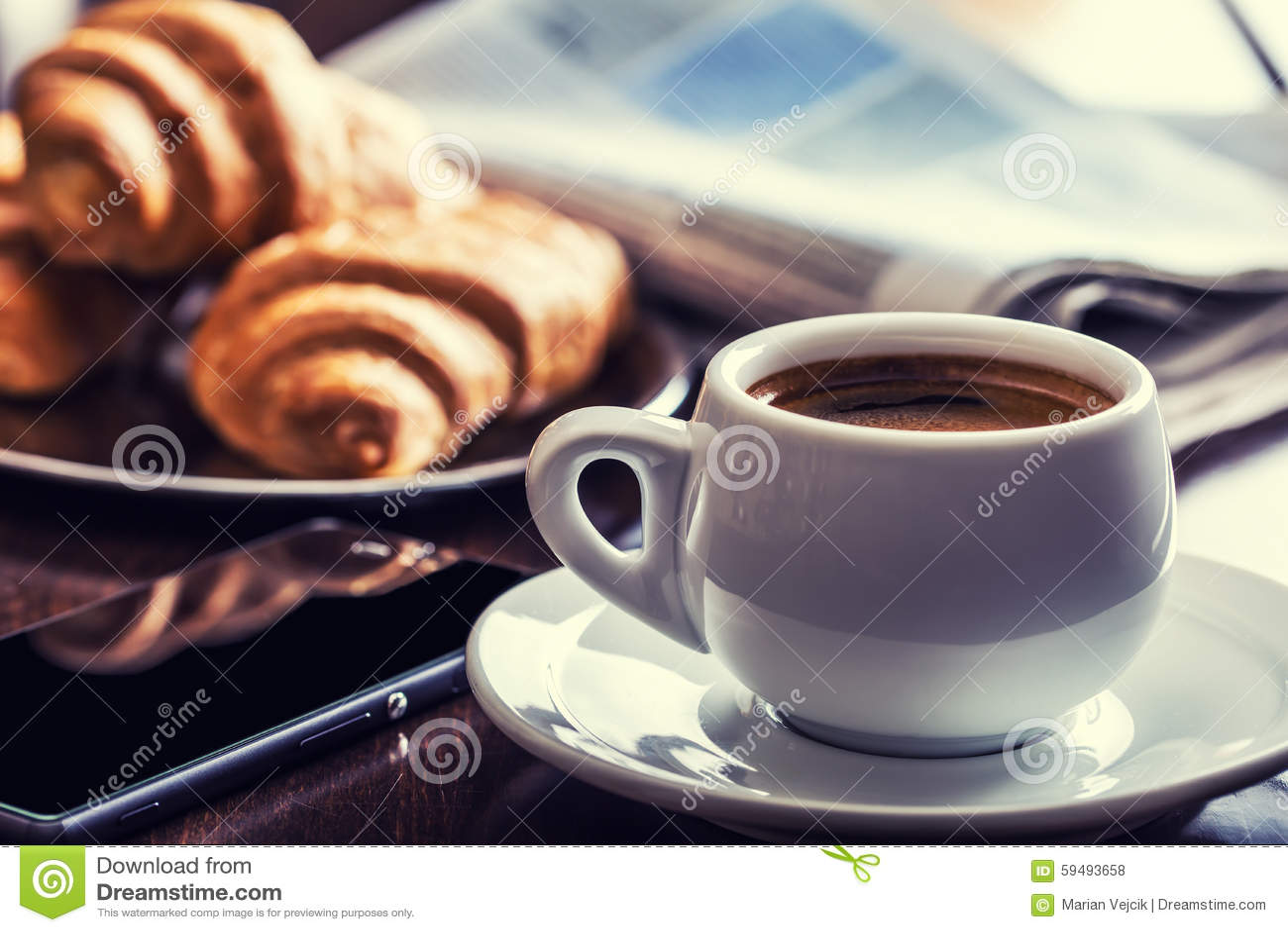 Affär för kaffeavbrott Kopp kaffemobiltelefon och tidning