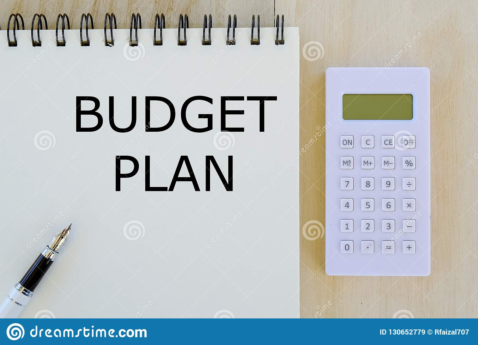 Affär finans- och packa ihopbegrepp Bästa sikt av räknemaskinen, pennan och anteckningsboken som är skriftliga med budgetplan