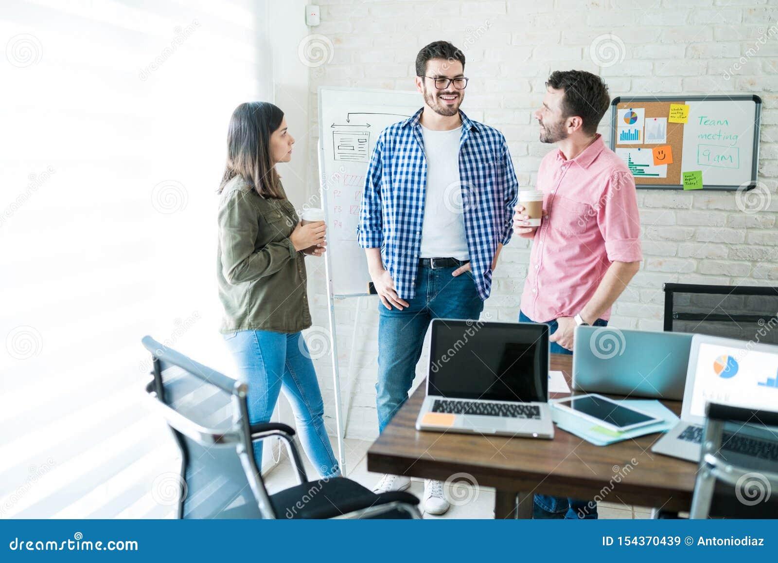Affär Team Communicating In Meeting