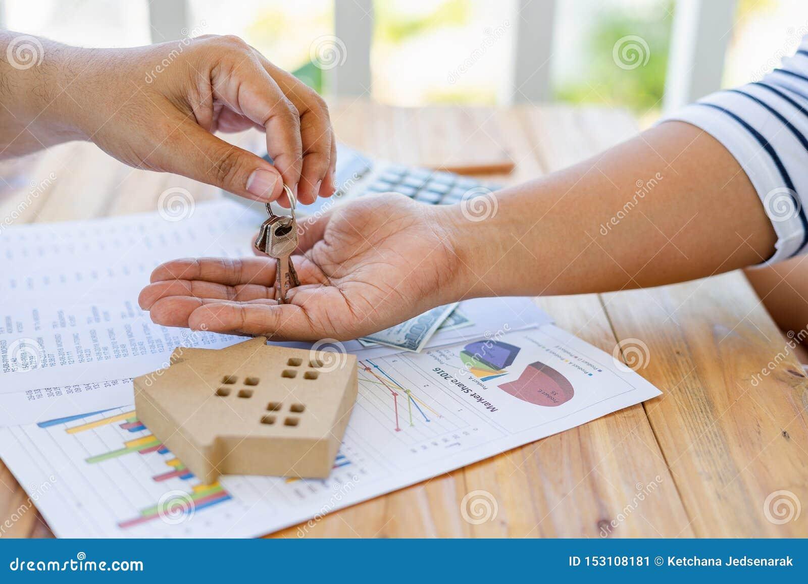 Affären av att låna pengar för att köpa ett hus med finansiella dokument och skattkontroller från en konsulent, när kontrollera