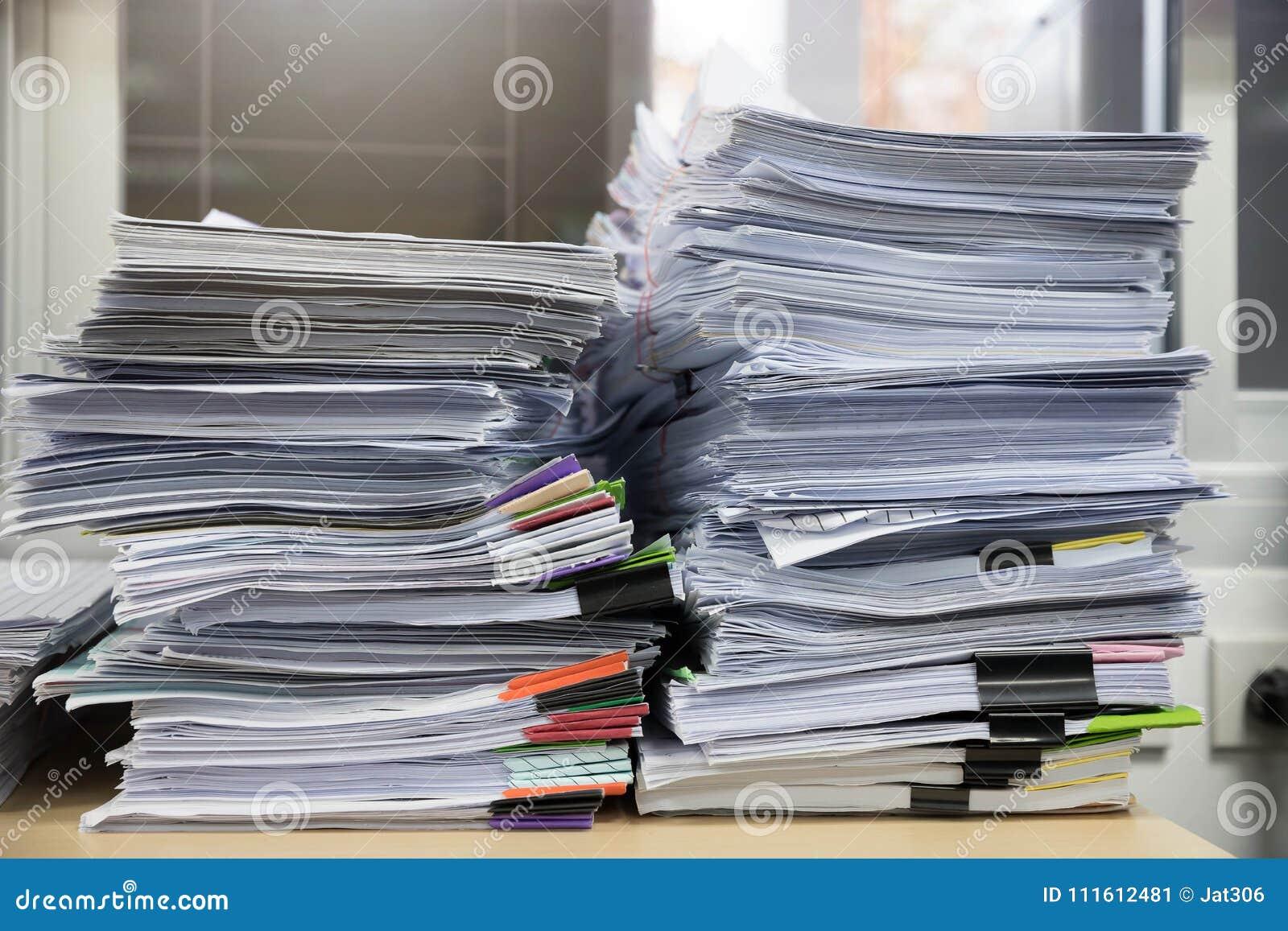 Affärs- och finansbegrepp av kontorsarbete, hög av oavslutade dokument på kontorsskrivbordet, bunt av affärspapper