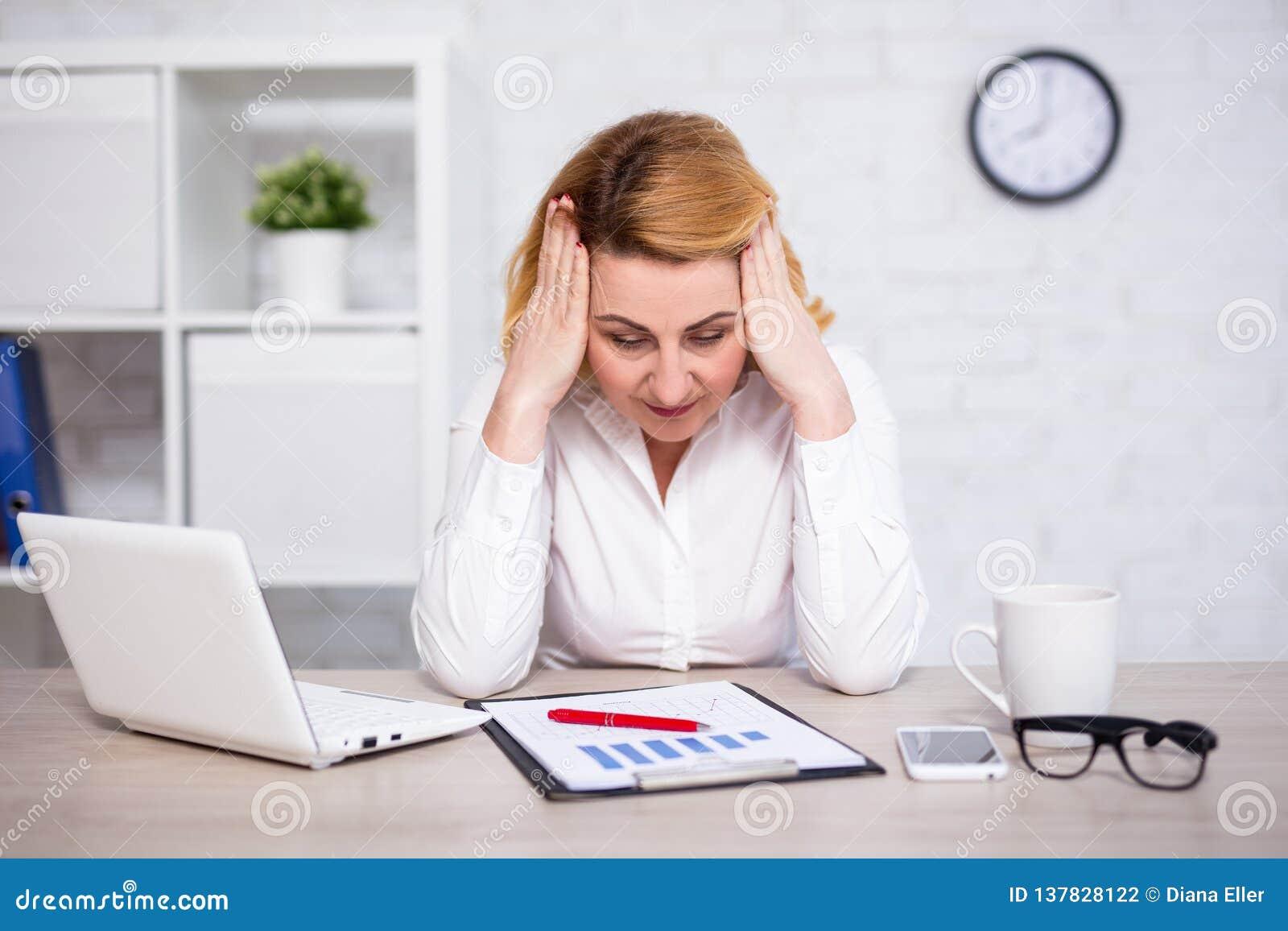 Affärs- och konkursbegrepp - stående av den ledsna eller trötta kvinnan för mogen affär i regeringsställning