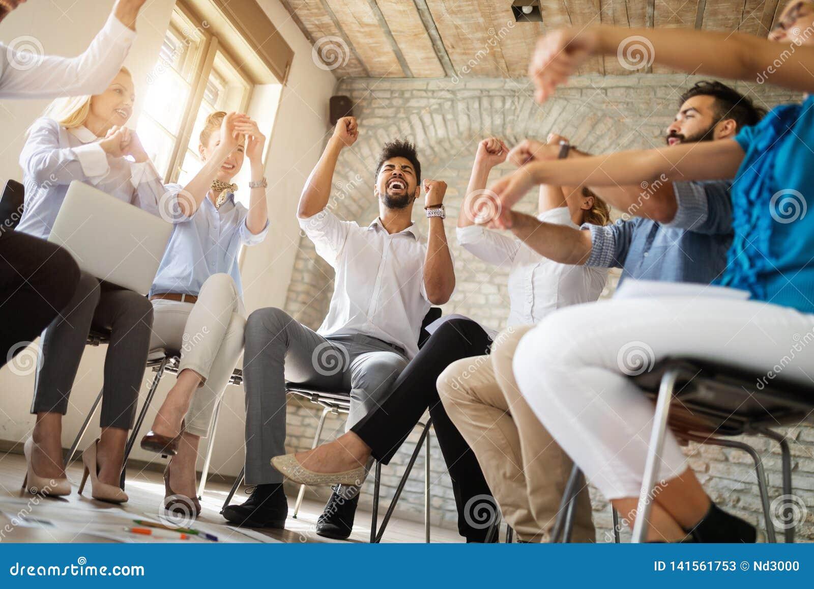 Affärs-, start-, gest-, folk- och teamworkbegrepp - lyckligt idérikt lag i regeringsställning