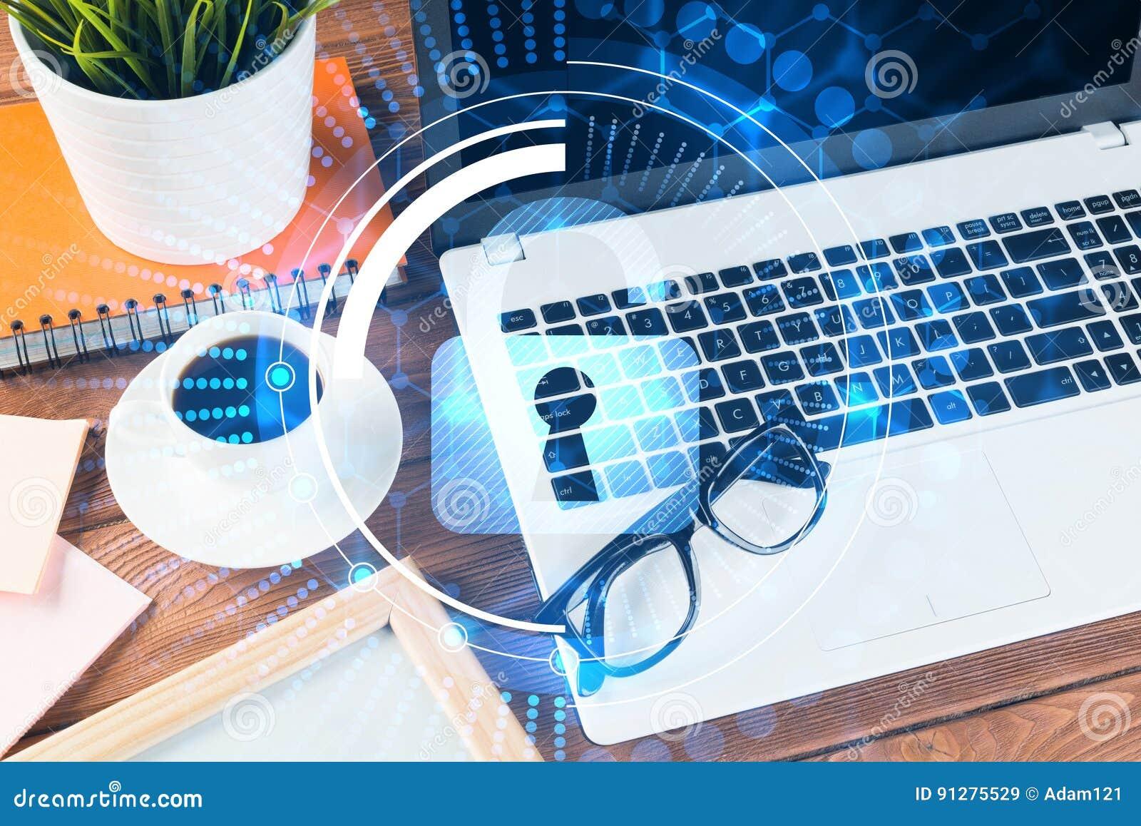 Affärsarbetsplats med bärbar datorkaffekoppen och säkerhetsbegrepp på skärmen
