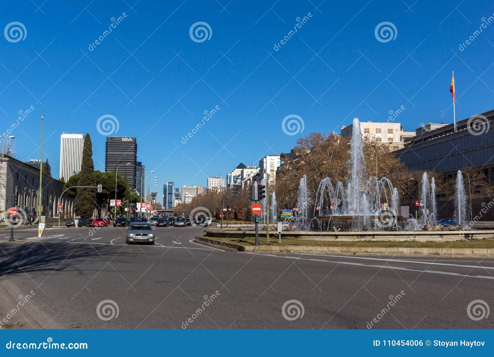 Affärsbyggnader på den Paseo de la Castellana gatan i stad av Madrid, Spanien