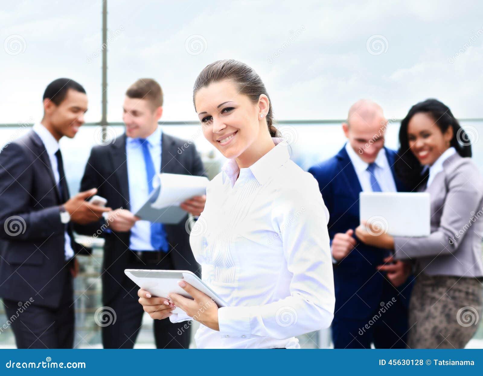 Affärsdam med positiv blick och gladlynt