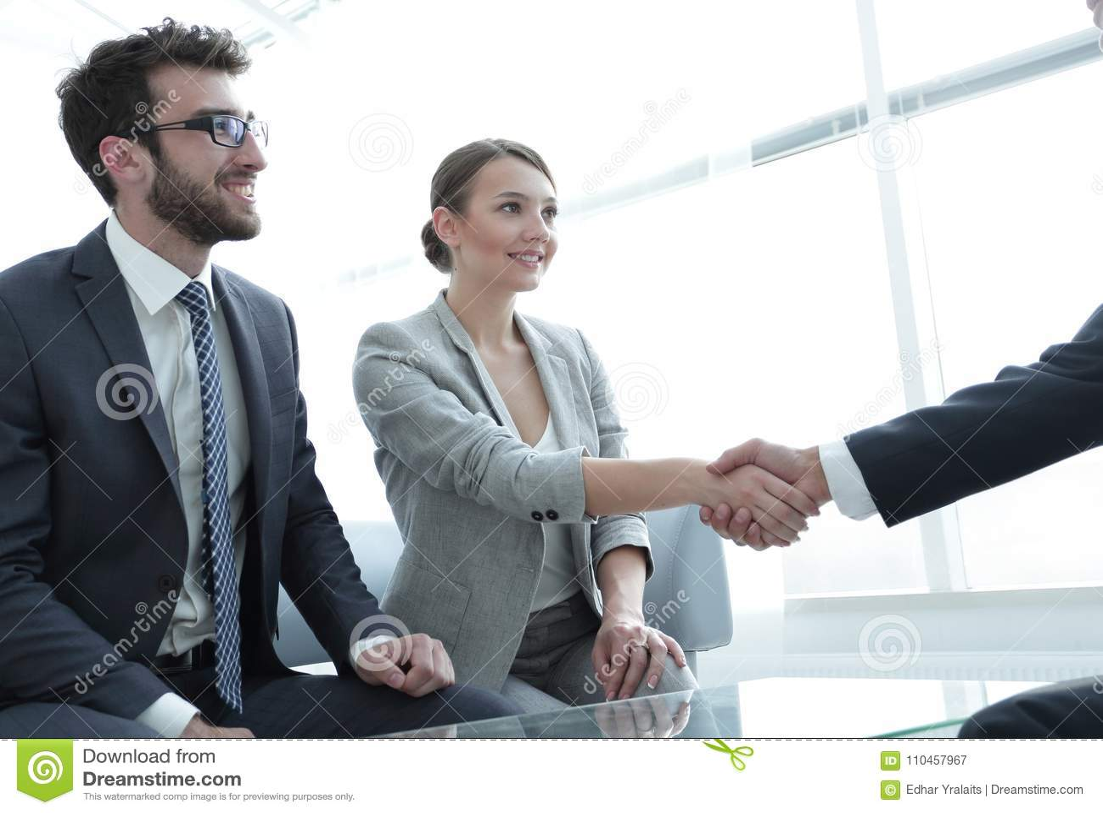 Affärsdamen möter hennes affärspartner