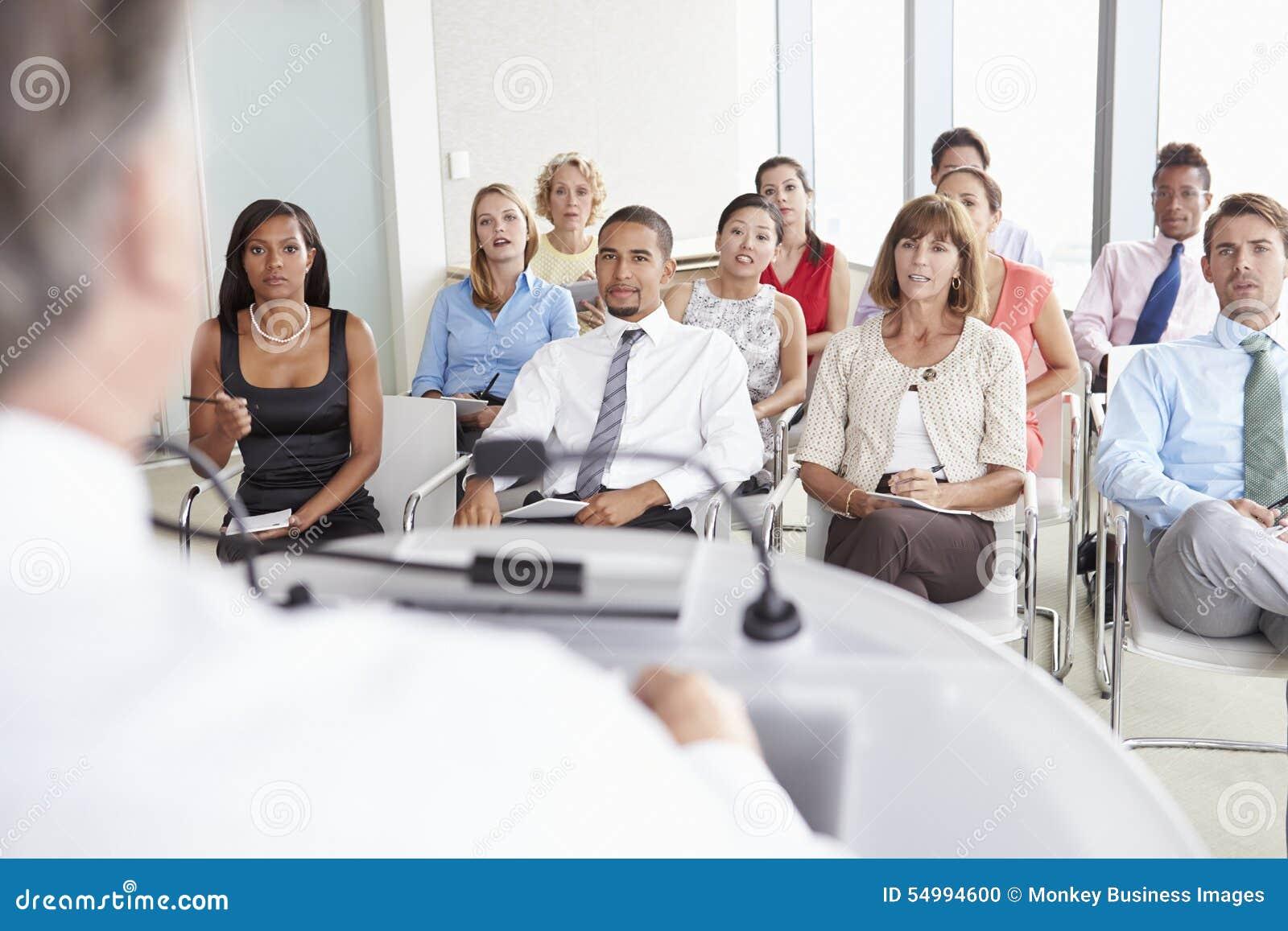 Affärsdelegater som lyssnar till presentationen på konferensen
