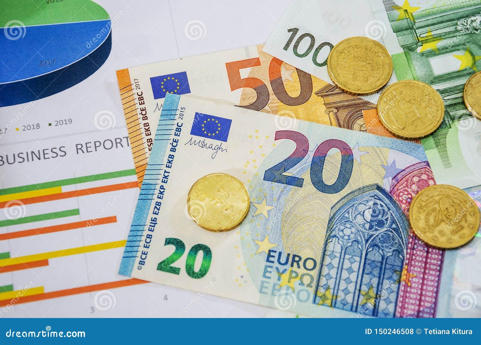 Affärsdiagram, euro och mynt, närbild ovanf?r sikt