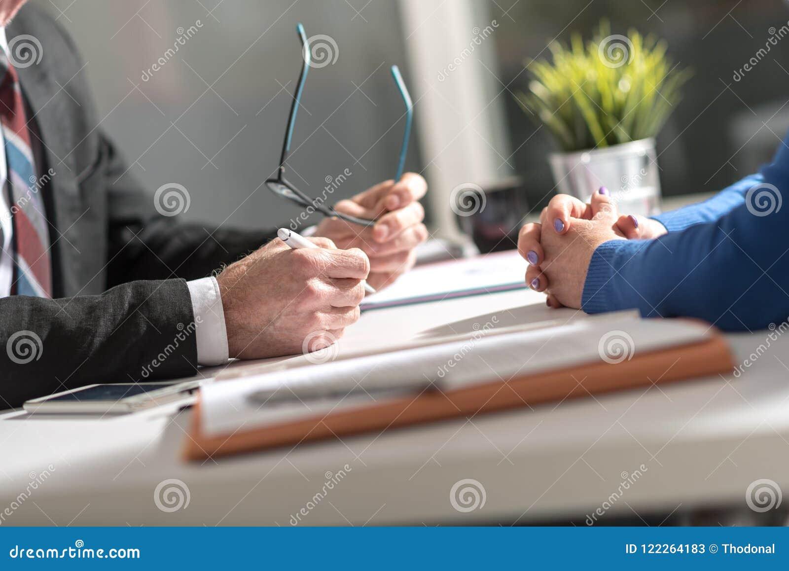 Affärsförhandling mellan affärskvinnan och affärsmannen
