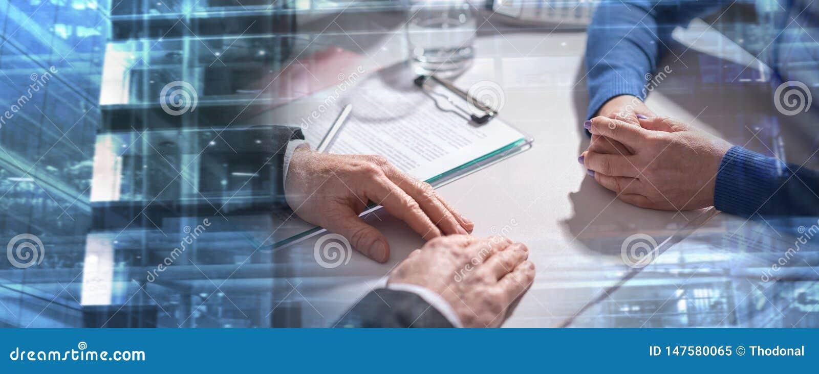 Affärsförhandling mellan affärskvinnan och affärsmannen; mult