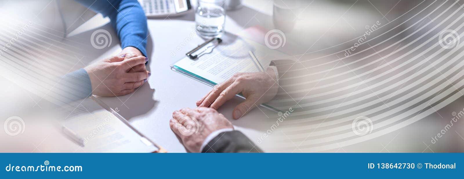 Affärsförhandling mellan affärskvinnan och affärsmannen panorama- baner