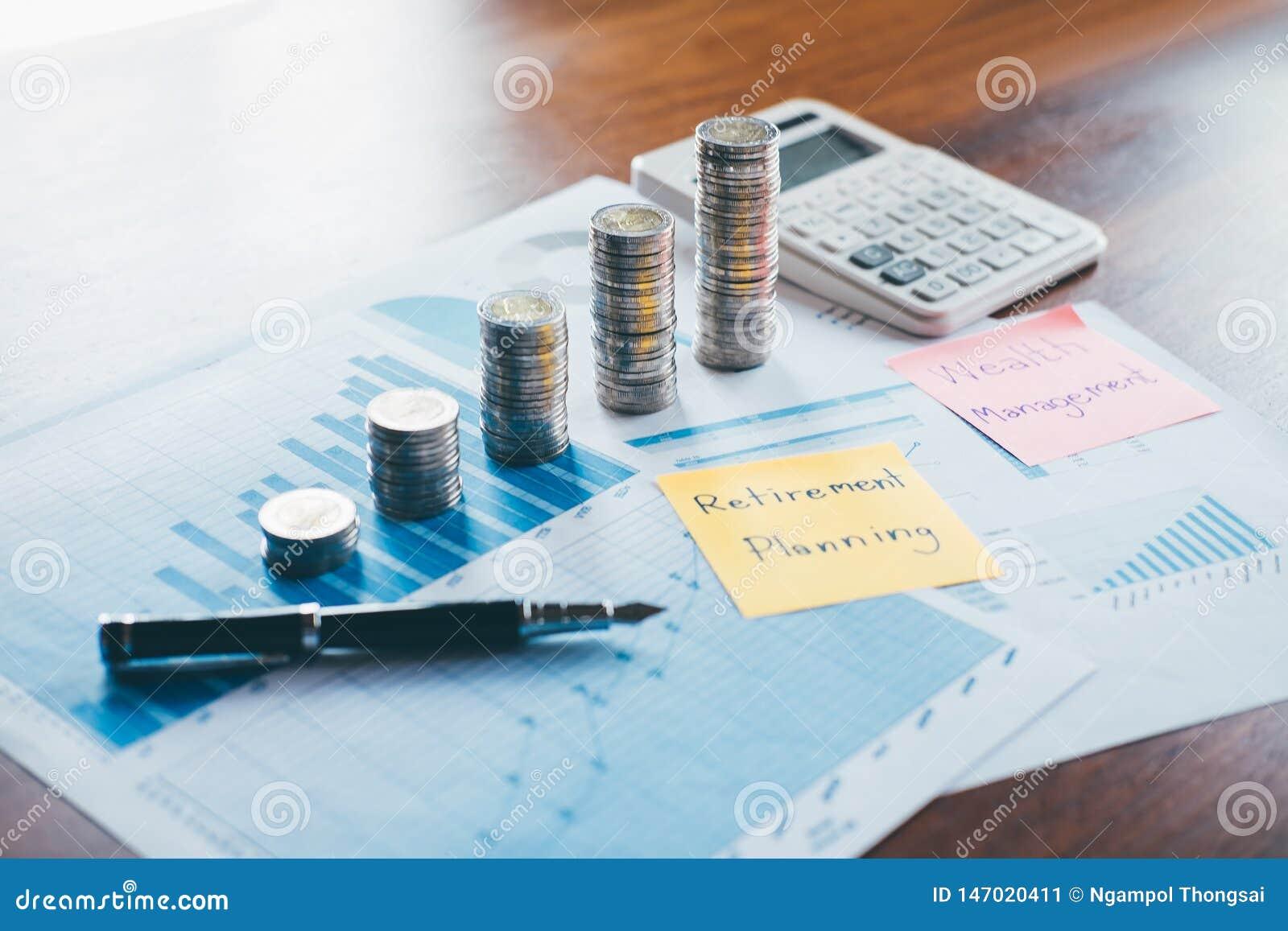 Affärsfinans med rapportdokumentet som staplar mynt för moment upp växande affär till vinst och sparar med rikedomledning