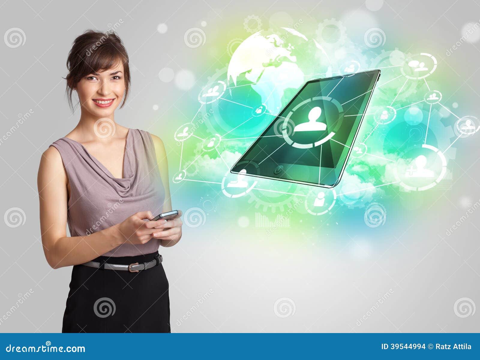 Affärsflicka som visar modernt minnestavlateknologibegrepp