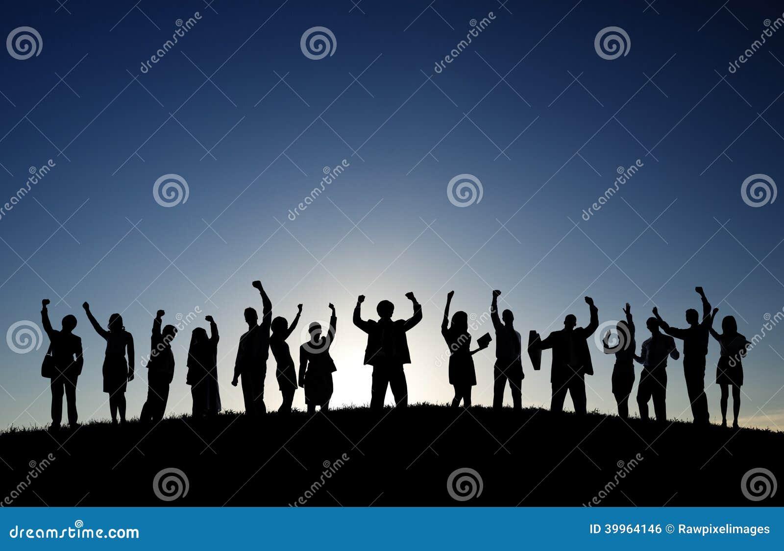 Affärsfolk i det fria som firar framgång
