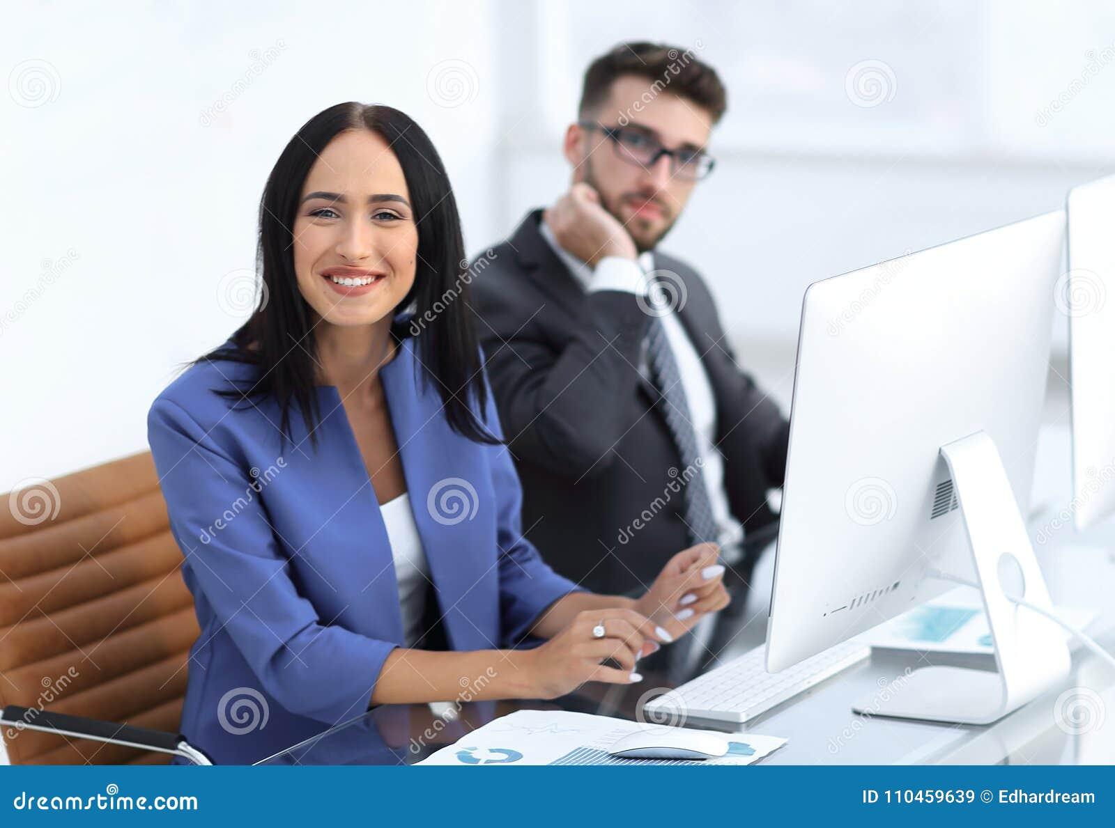 Affärsfolk i kontoret som arbetar på datoren