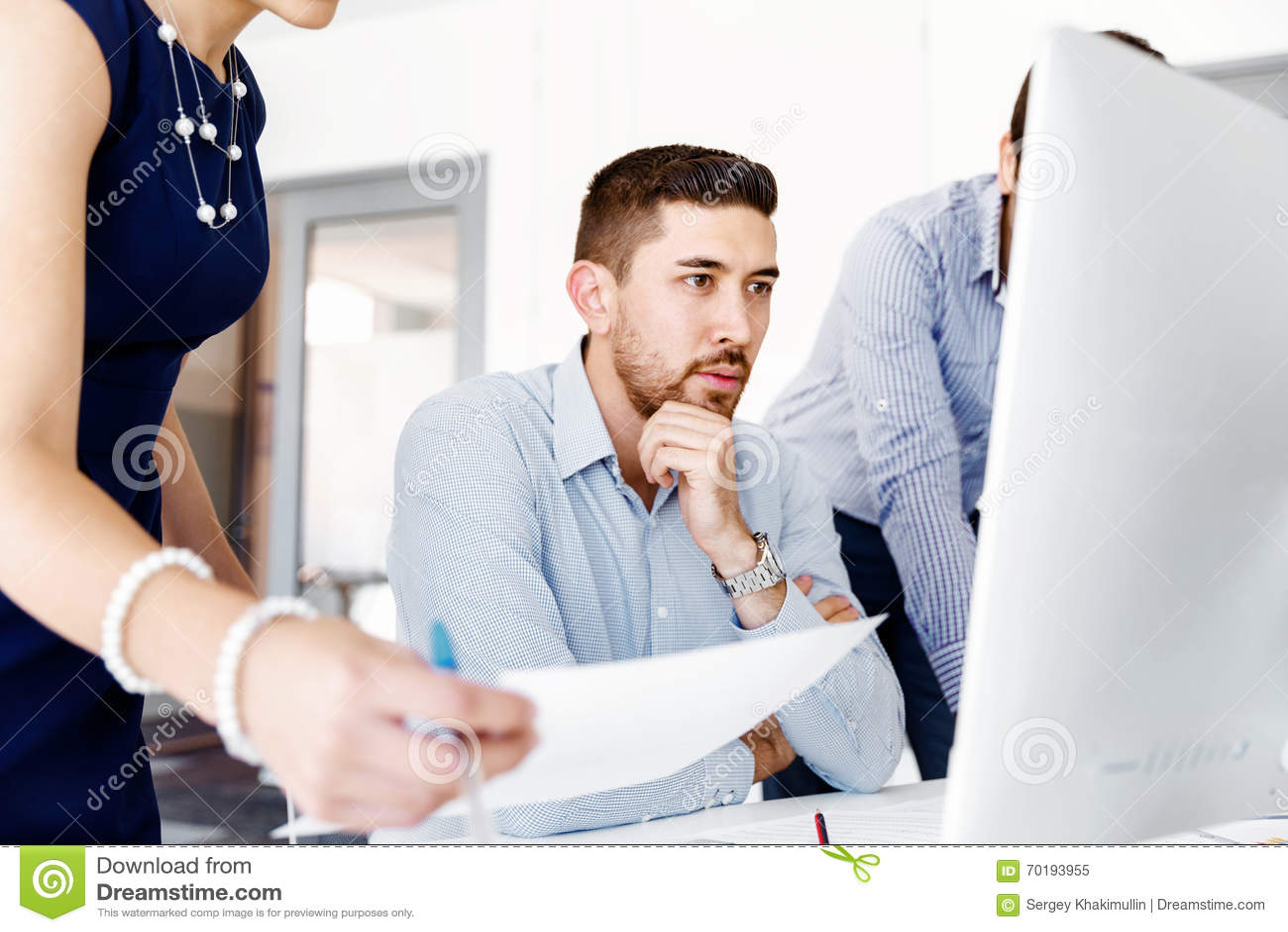 Affärsfolk i modernt kontor