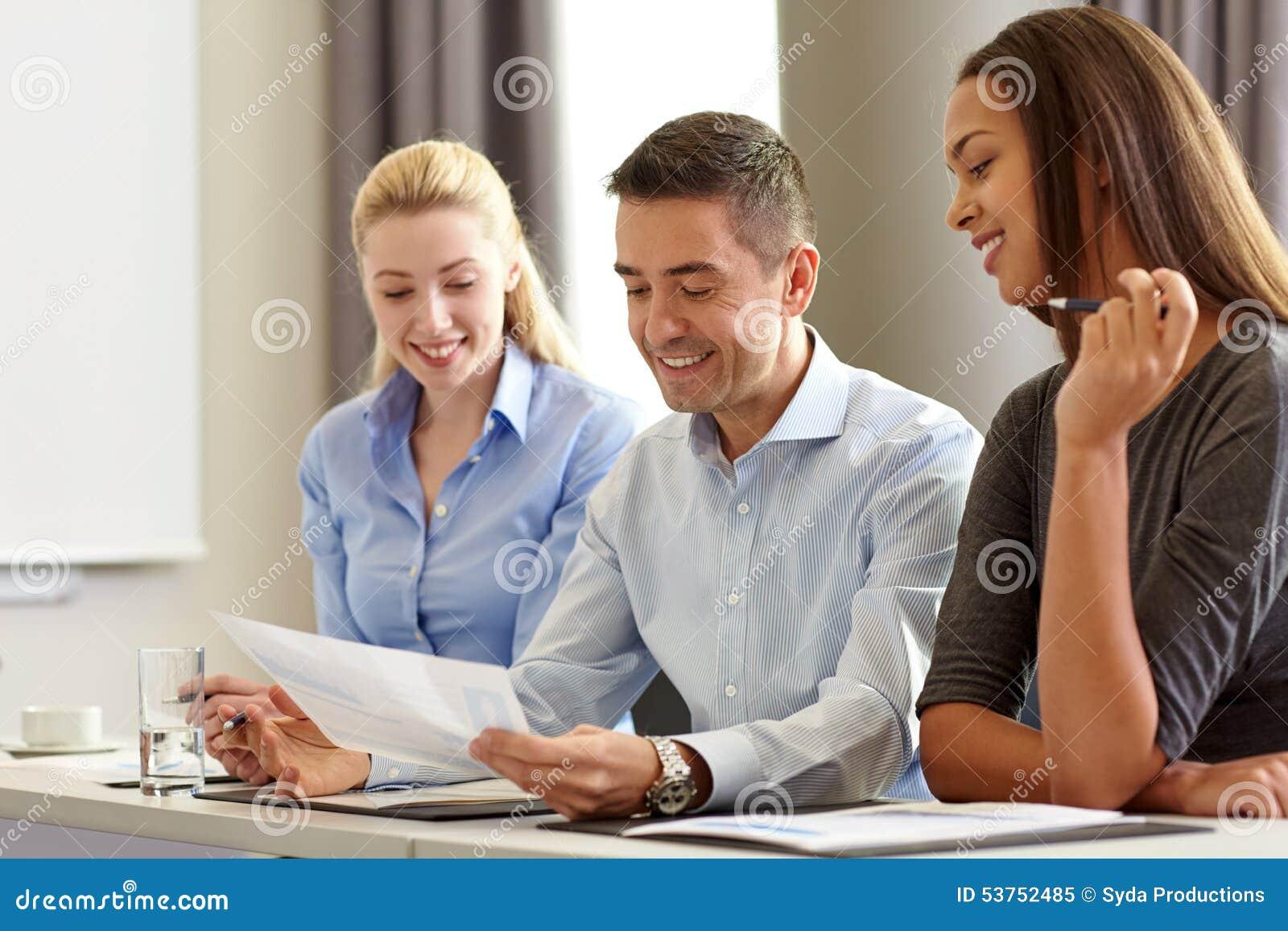 Affärsfolk med legitimationshandlingar som i regeringsställning möter
