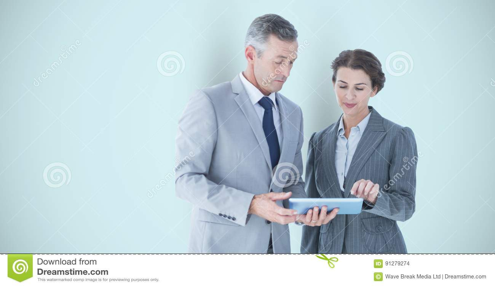 Affärsfolk som använder den digitala minnestavlan över grå bakgrund