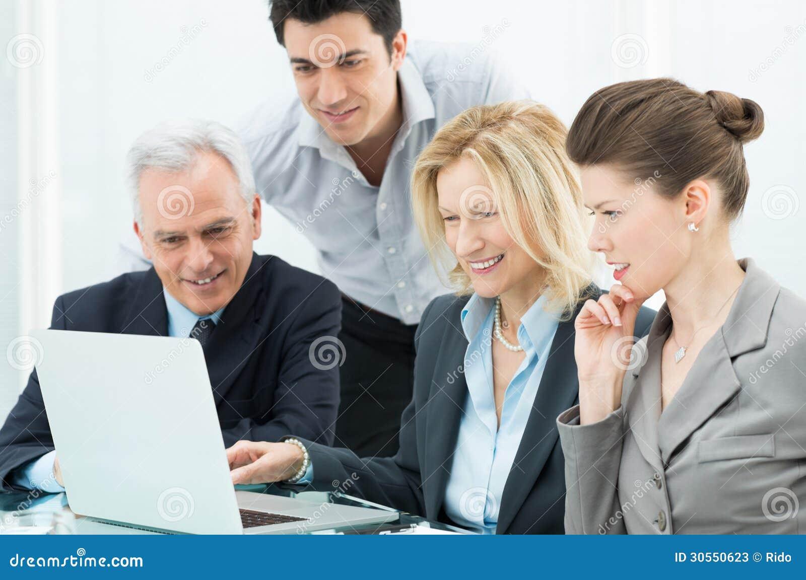 Affärsfolk som arbetar på bärbara datorn