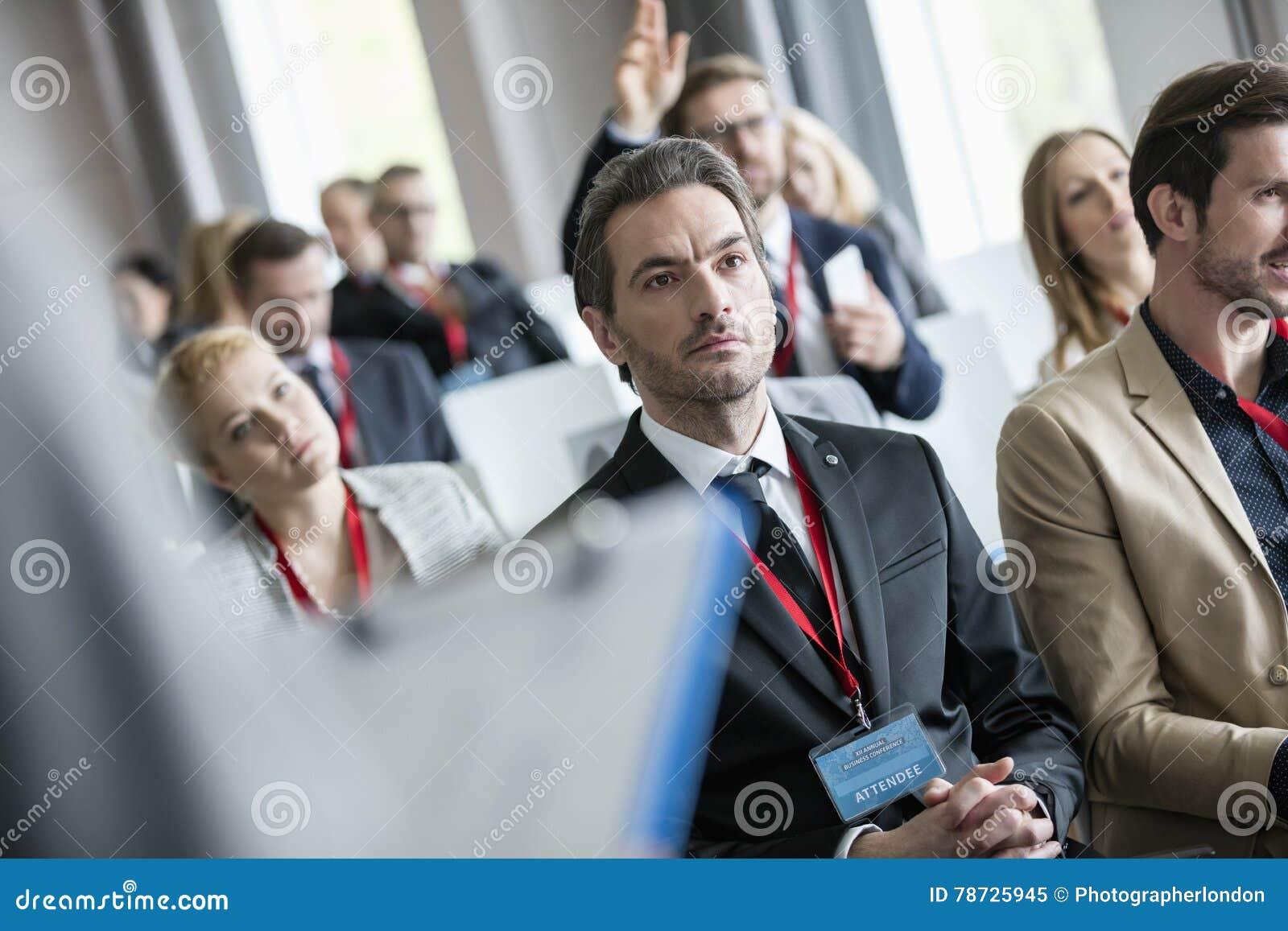 Affärsfolk som deltar i seminarium på konventcentret