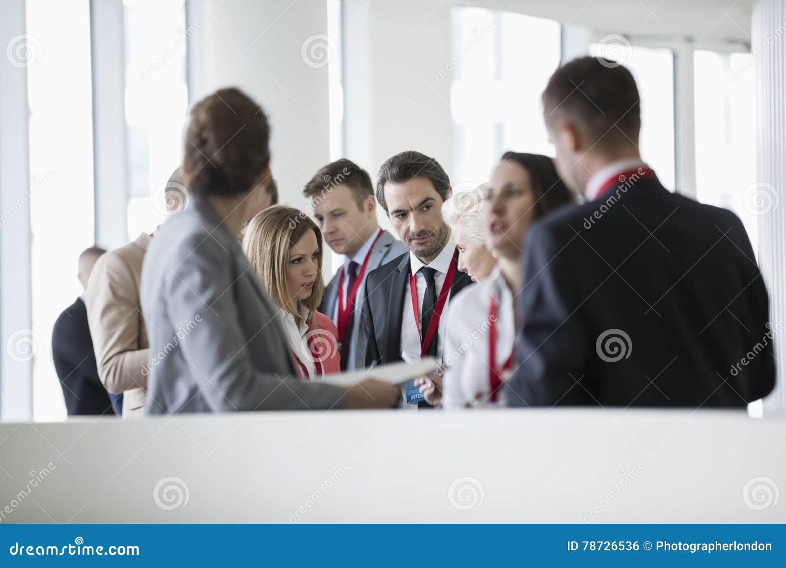 Affärsfolk som diskuterar i konventcentrum