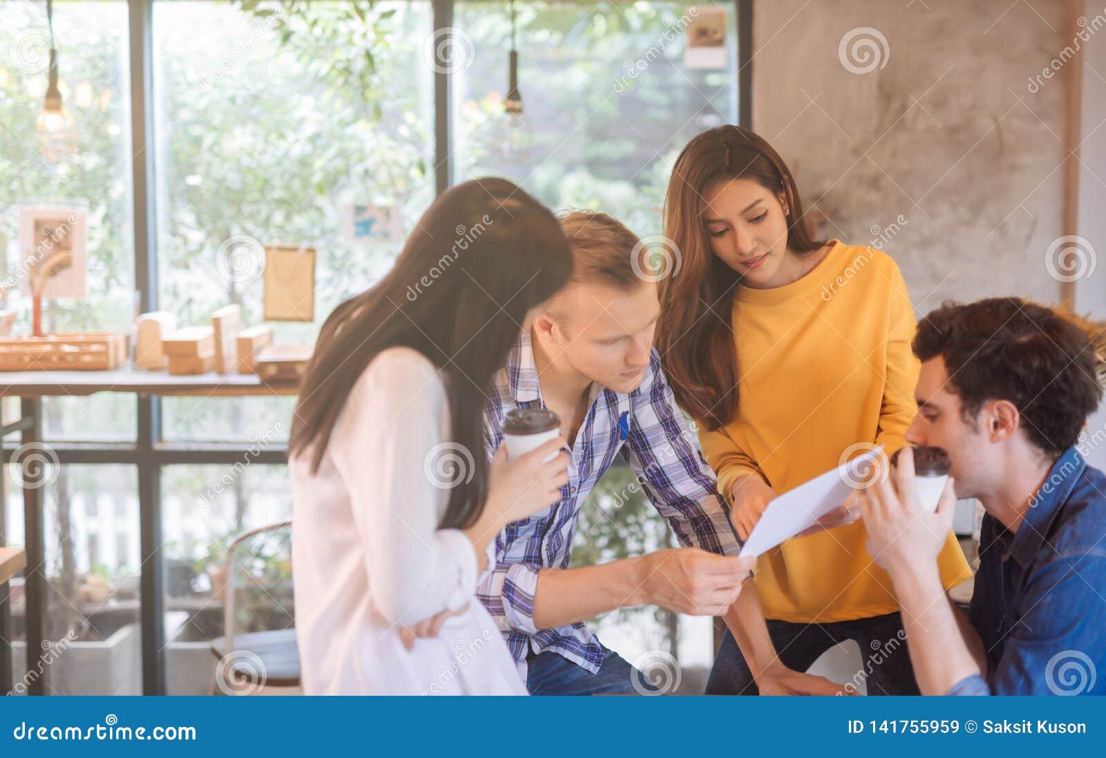 Affärsfolk som diskuterar idéer i begreppet för dokument för läsning för möte för kontorsteamworkidékläckning