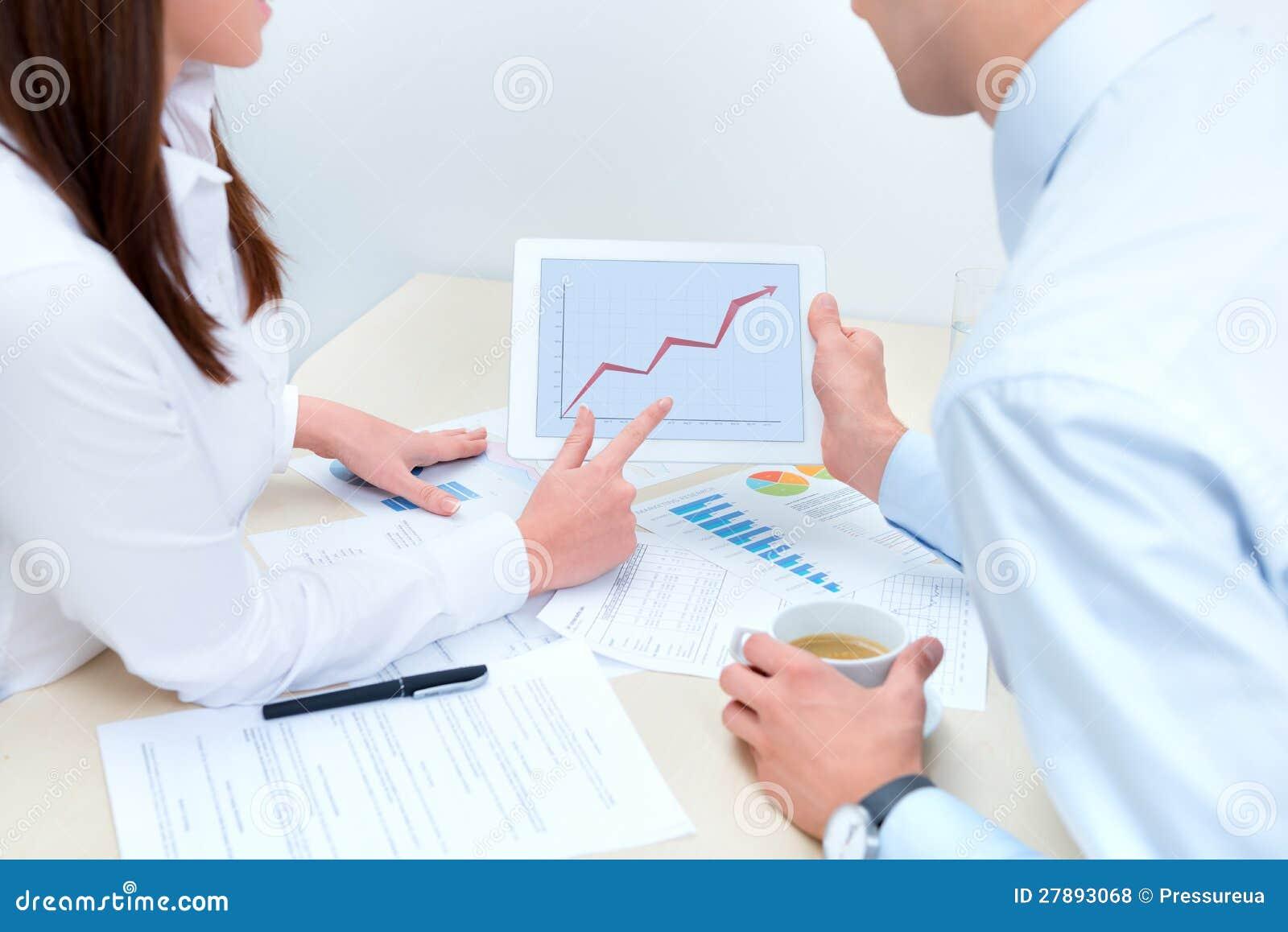 Affärsfolk som diskuterar om framgångsförsäljningarna