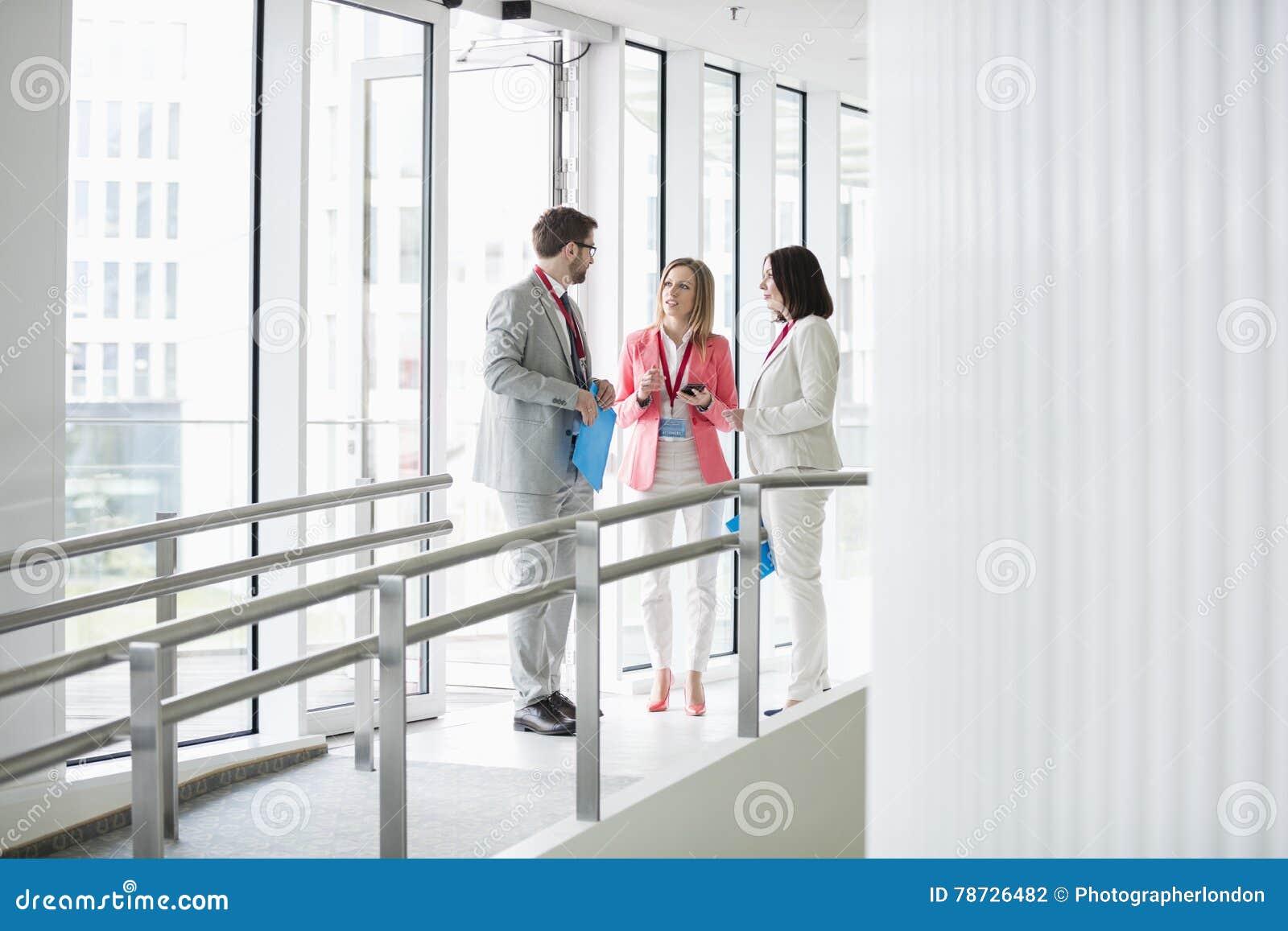 Affärsfolk som diskuterar vid fönsterkonventcentret