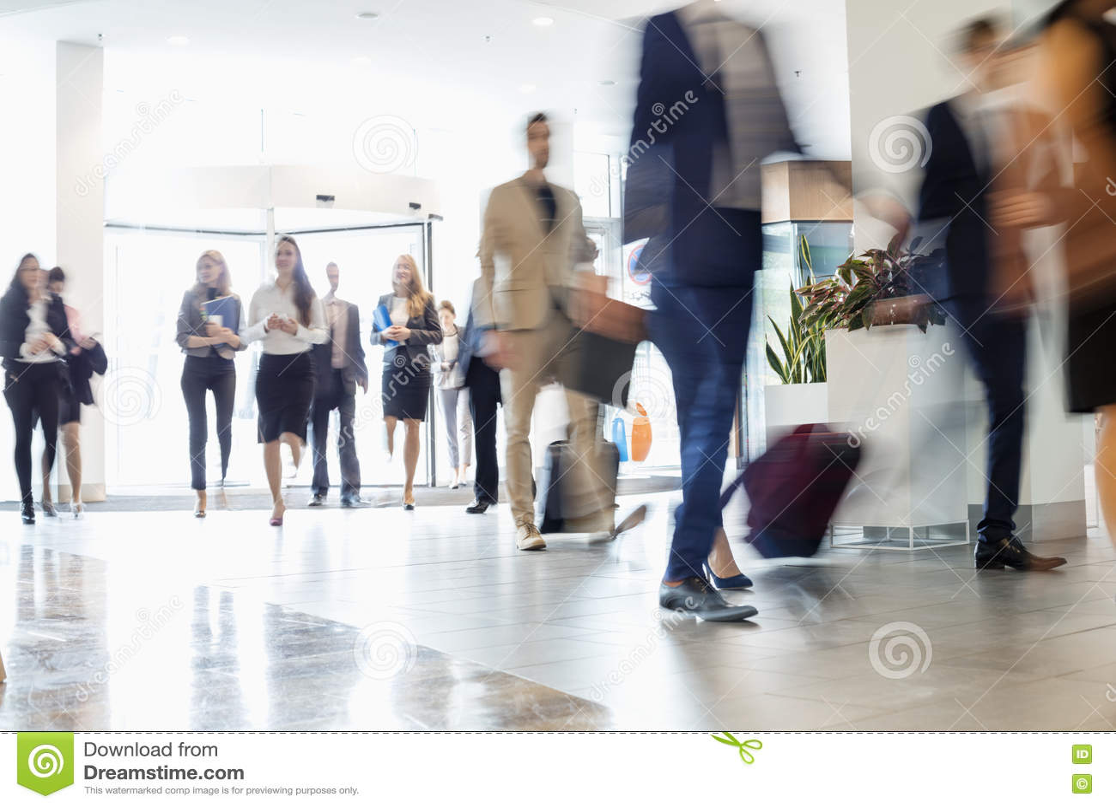 Affärsfolk som går på konventcentret