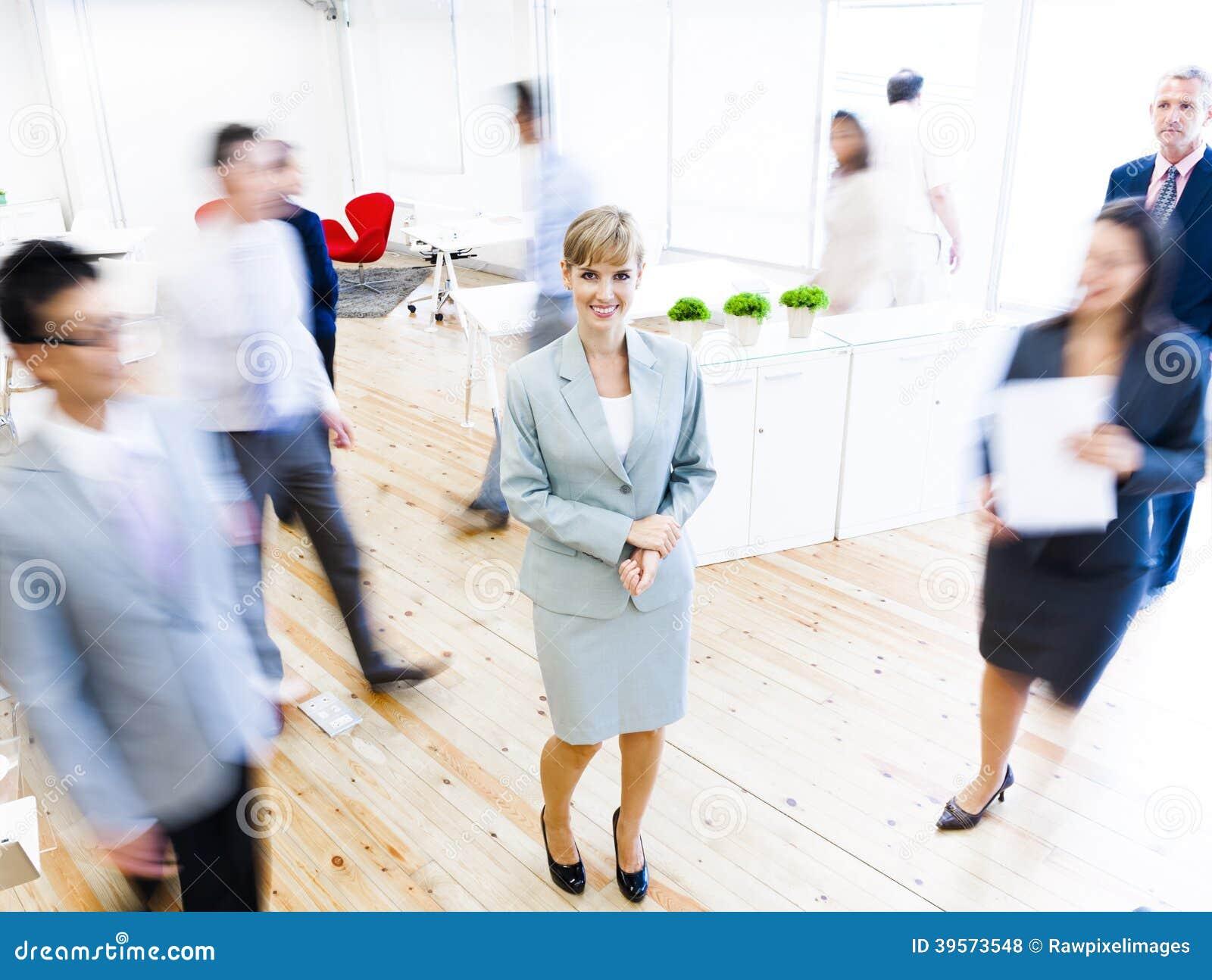 Affärsfolk som går på rusningstider