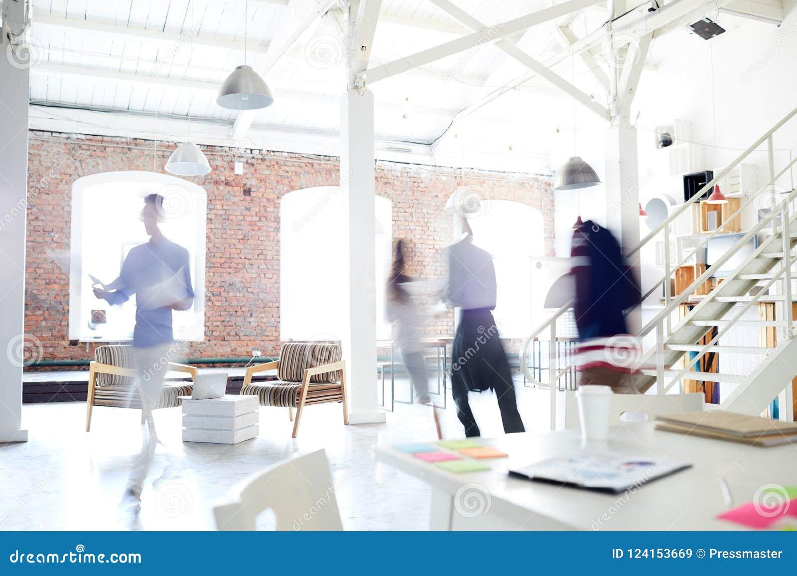 Affärsfolk som gör arbete på kontoret