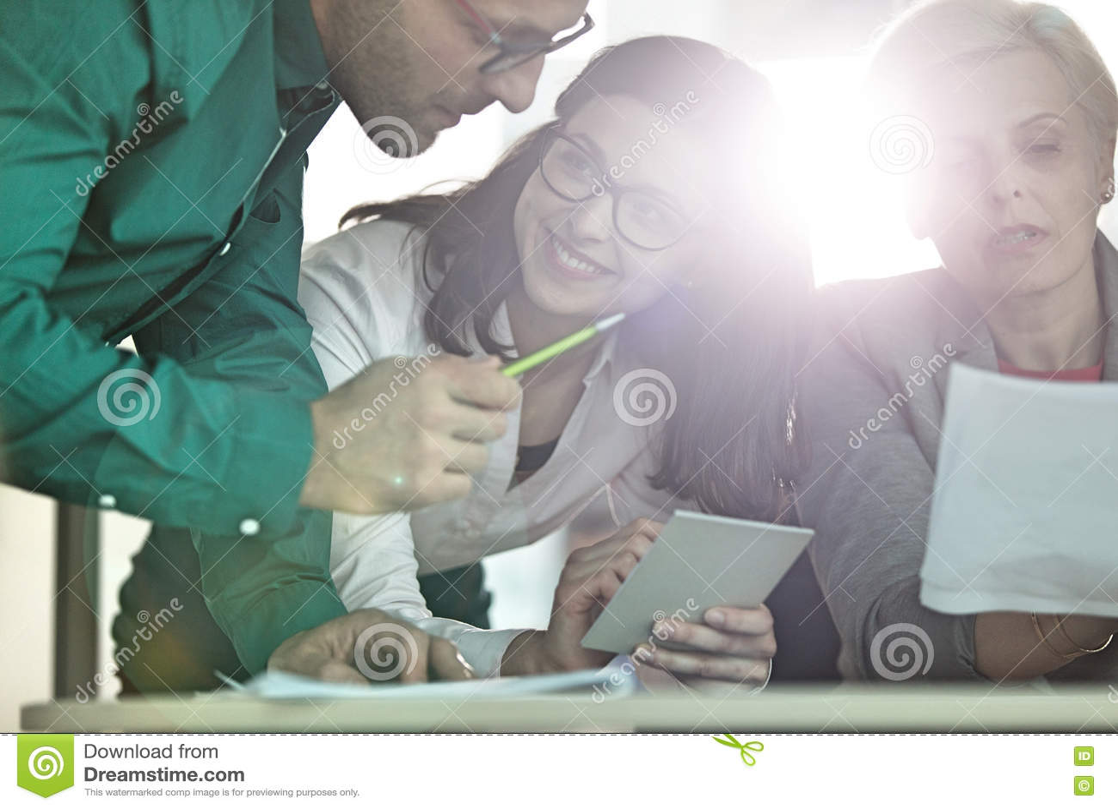 Affärsfolk som har diskussion på tabellen i regeringsställning