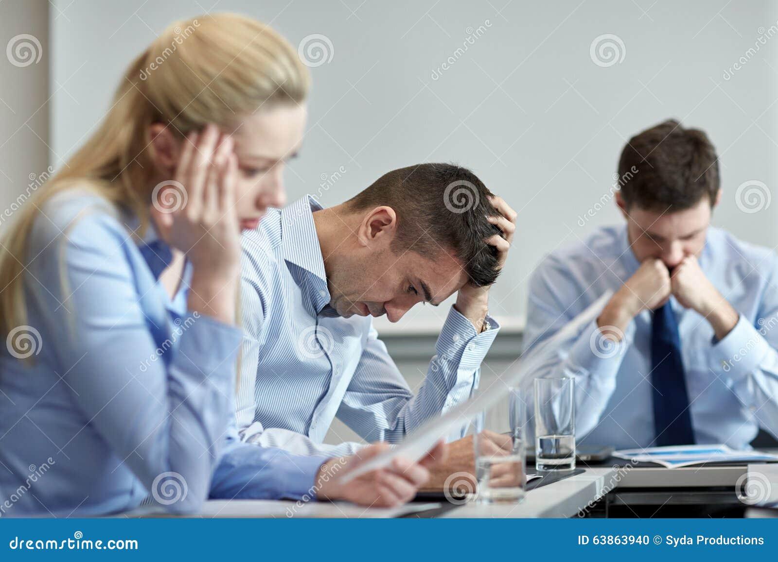 Affärsfolk som har problem i regeringsställning