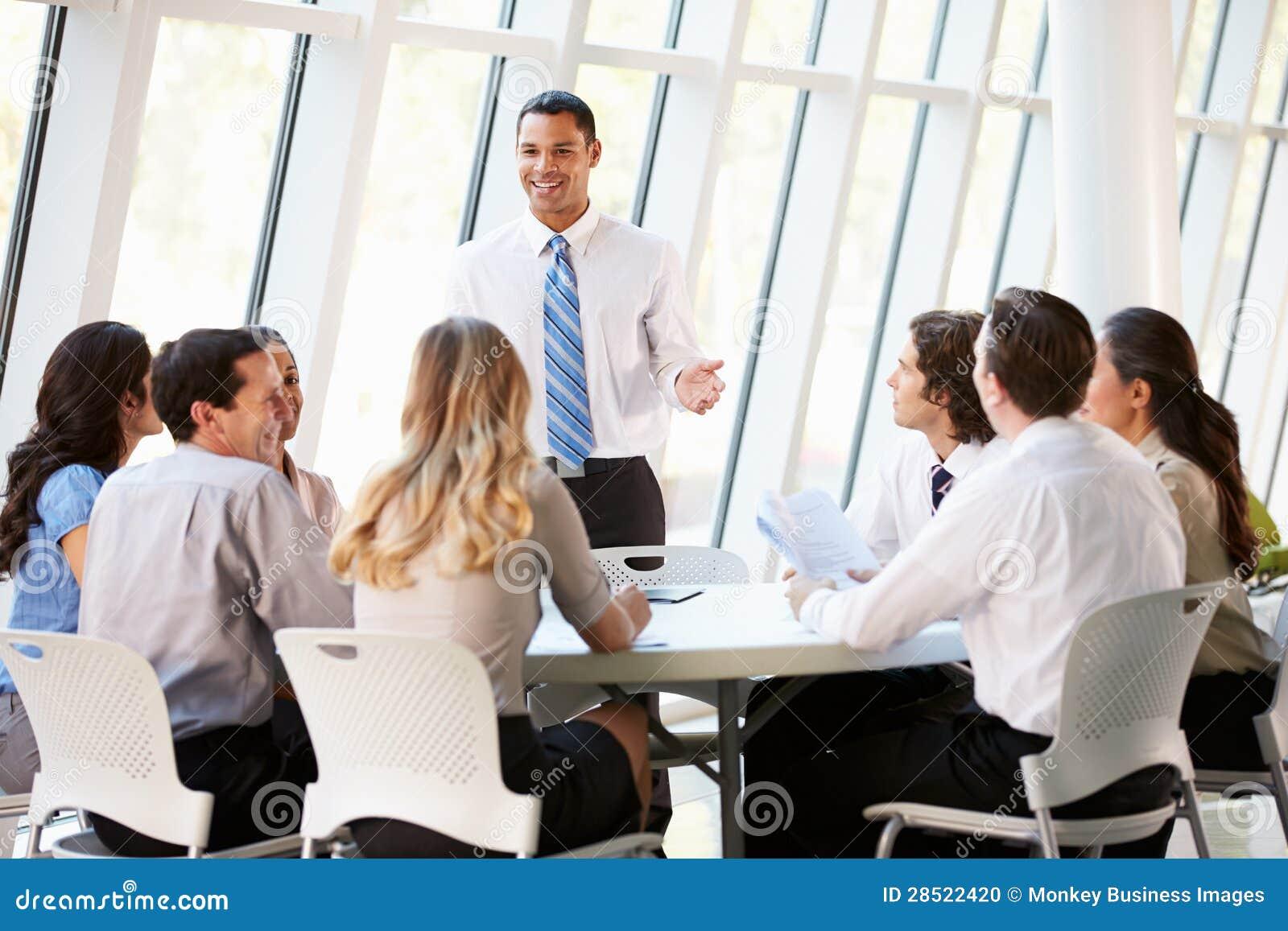 Affärsfolk som har styrelsemötet i modernt kontor