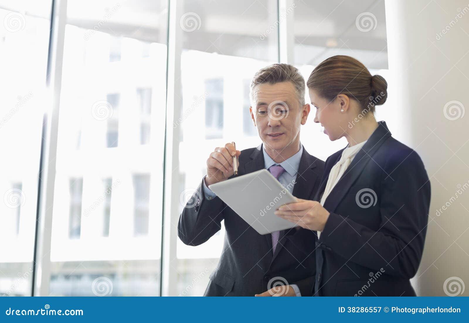 Affärsfolk som i regeringsställning använder minnestavlaPC
