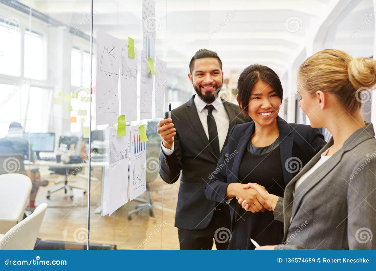 Affärsfolk som i regeringsställning delar handskakningen