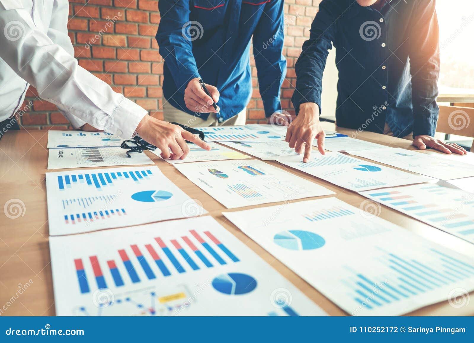 Affärsfolk som möter begrepp för planläggningsstrategianalys