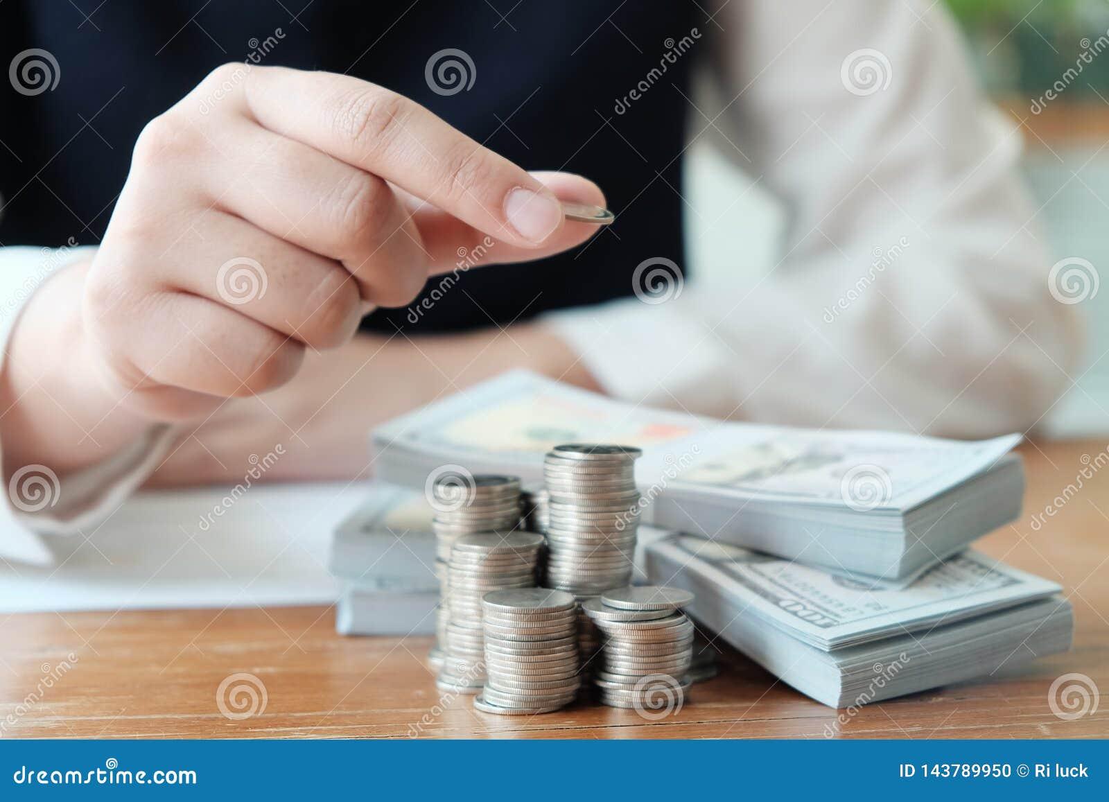 Affärsfolk som möter designidéer med pennan som analyserar den yrkesmässiga aktieägaren för finansiella dokument som upp arbetar