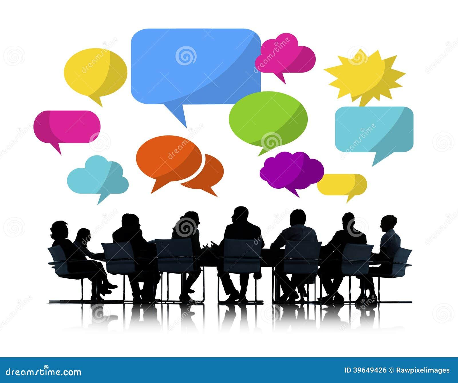 Affärsfolk som möter färgrika anförandebubblor