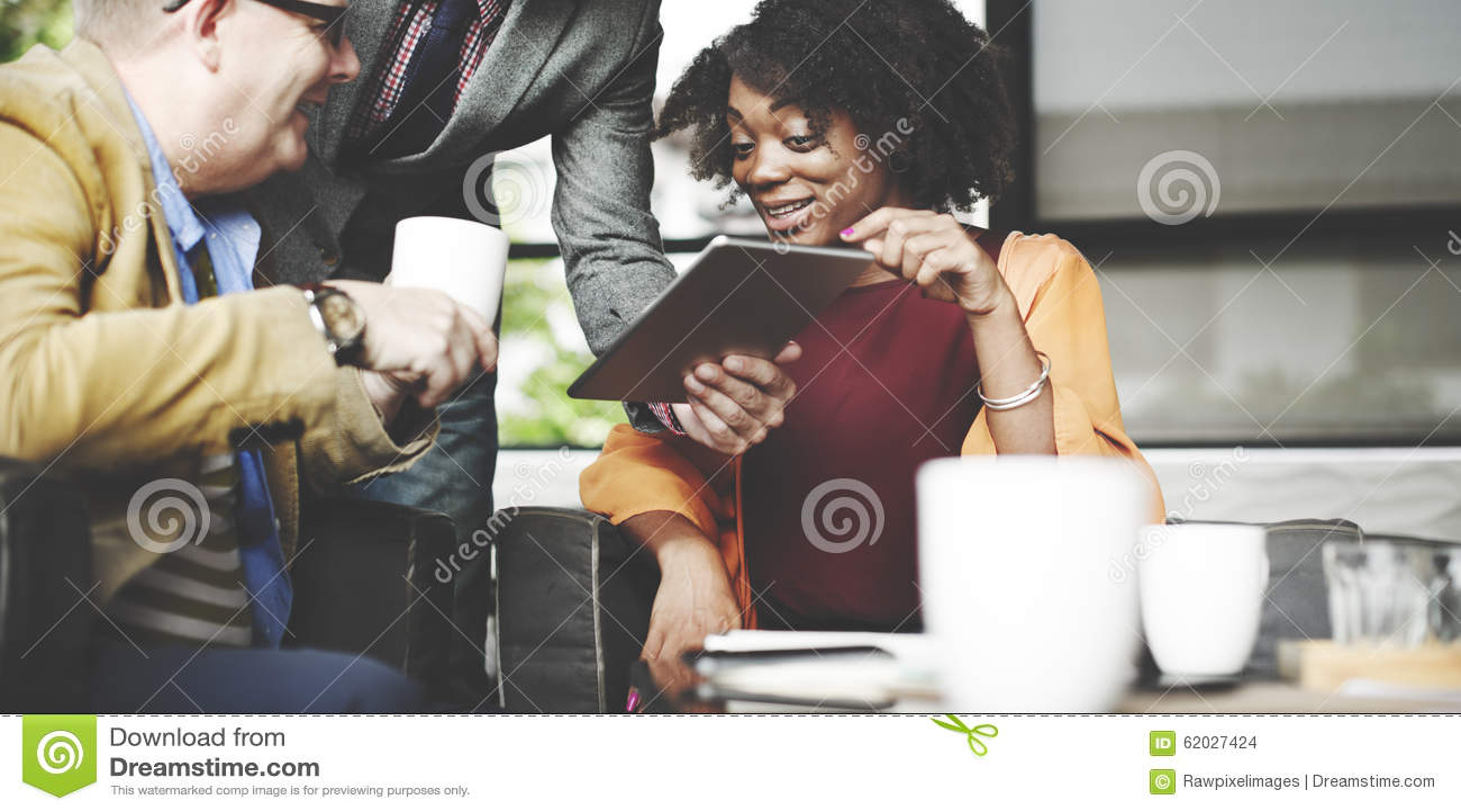 Affärsfolk som möter företags Conc Digital minnestavlateknologi