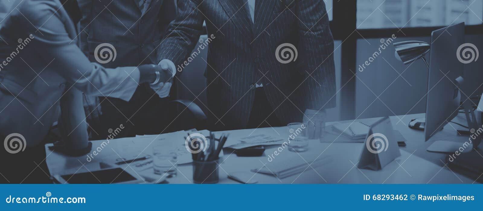 Affärsfolk som möter företags handskakninghälsningbegrepp
