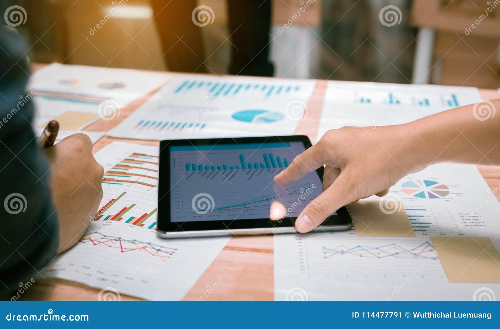 Affärsfolk som pekar diagrammet på den digitala minnestavlaskärmen