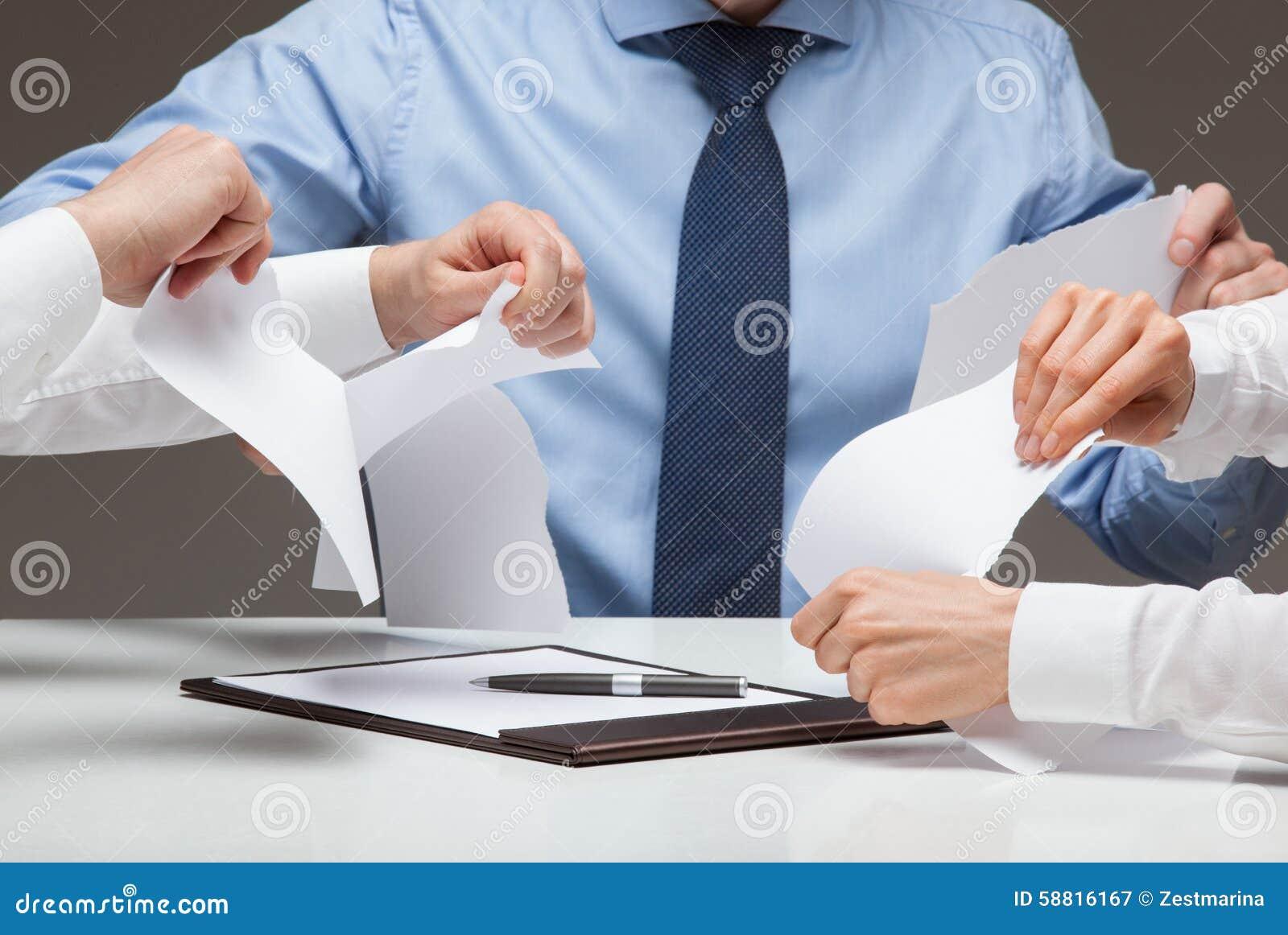 Affärsfolk som river grymt dokument