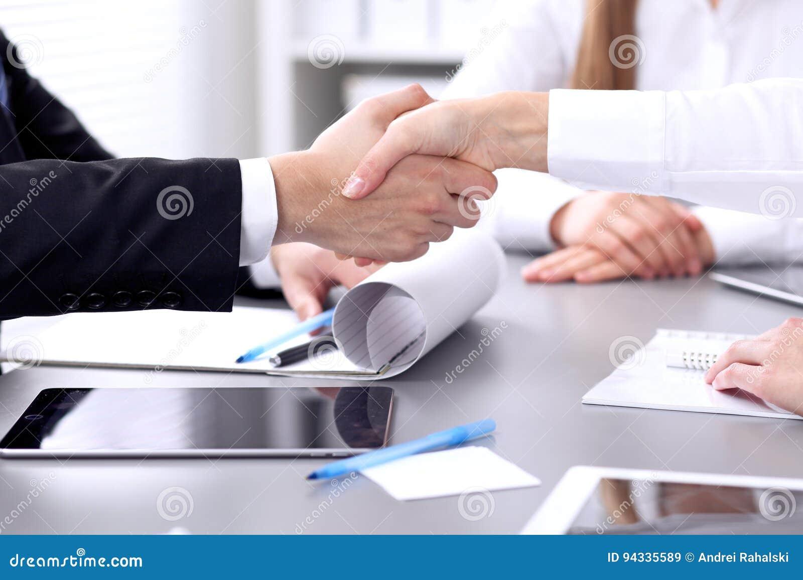 Affärsfolk som skakar händer på mötet Clouse upp av handskakningen