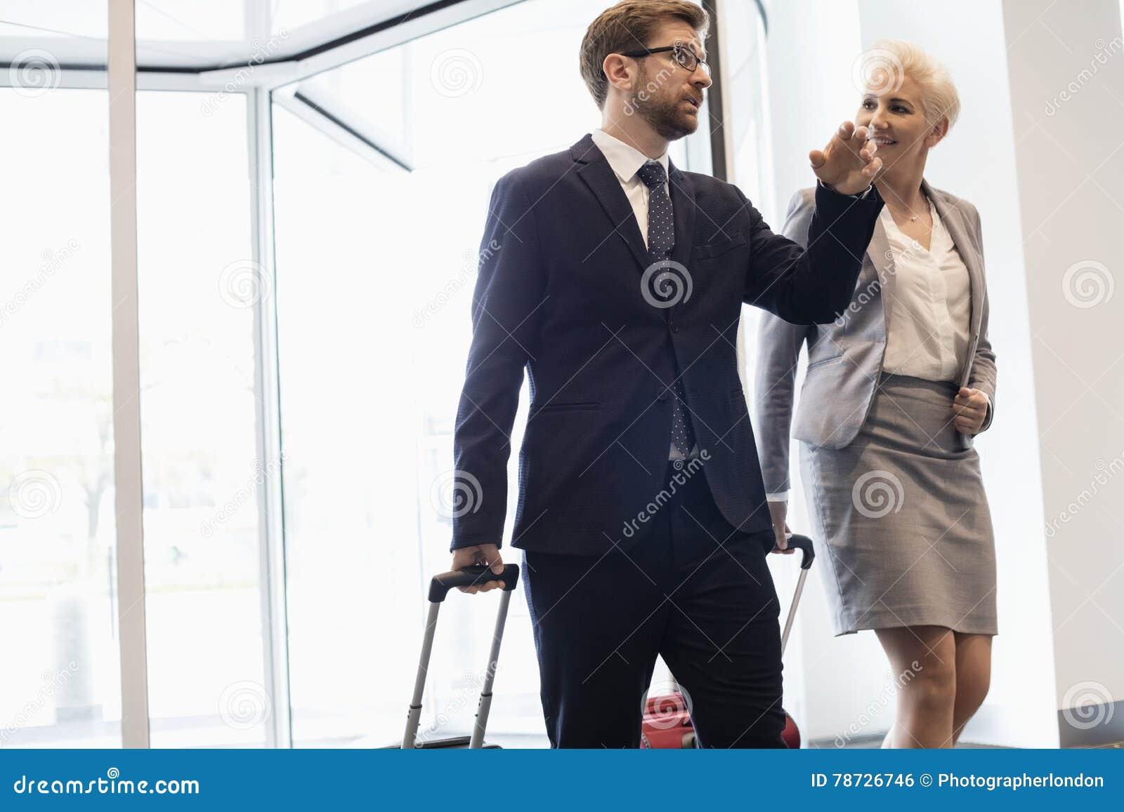 Affärsfolk som talar, medan gå i konventcentrum