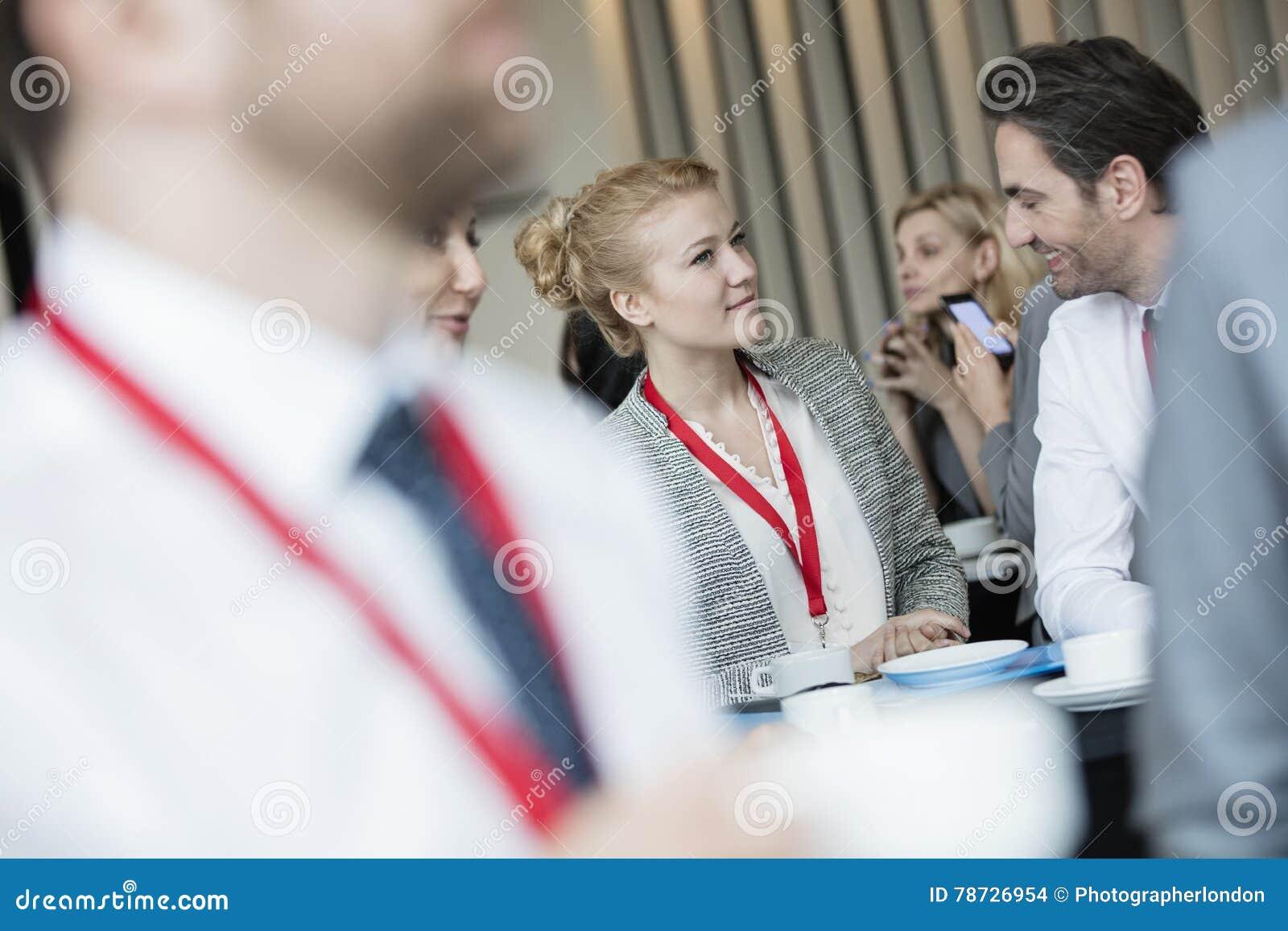 Affärsfolk som talar på lobbyen i konventcentrum