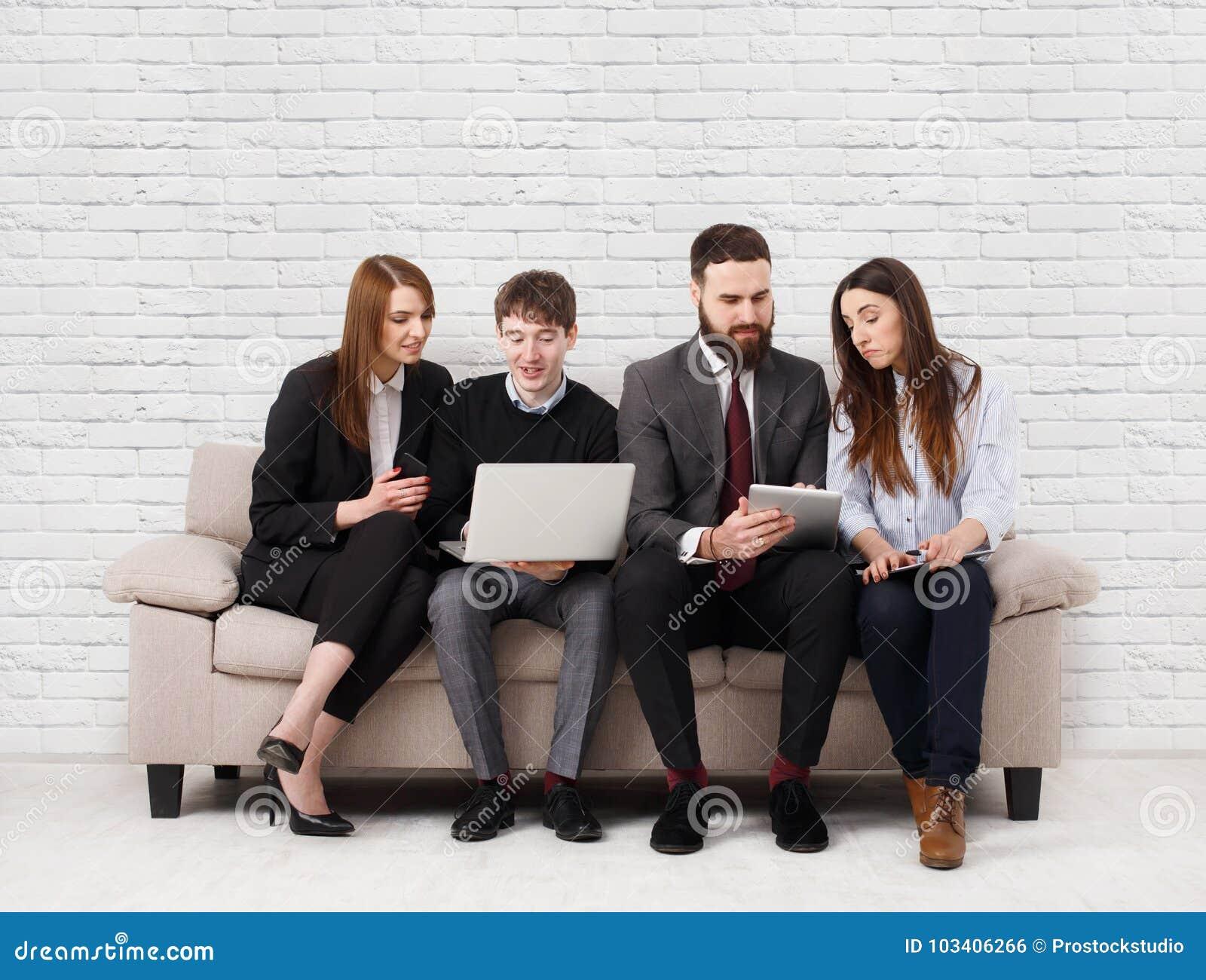 Affärsfolk som teambuilding Lag på soffan, partners som tillsammans arbetar