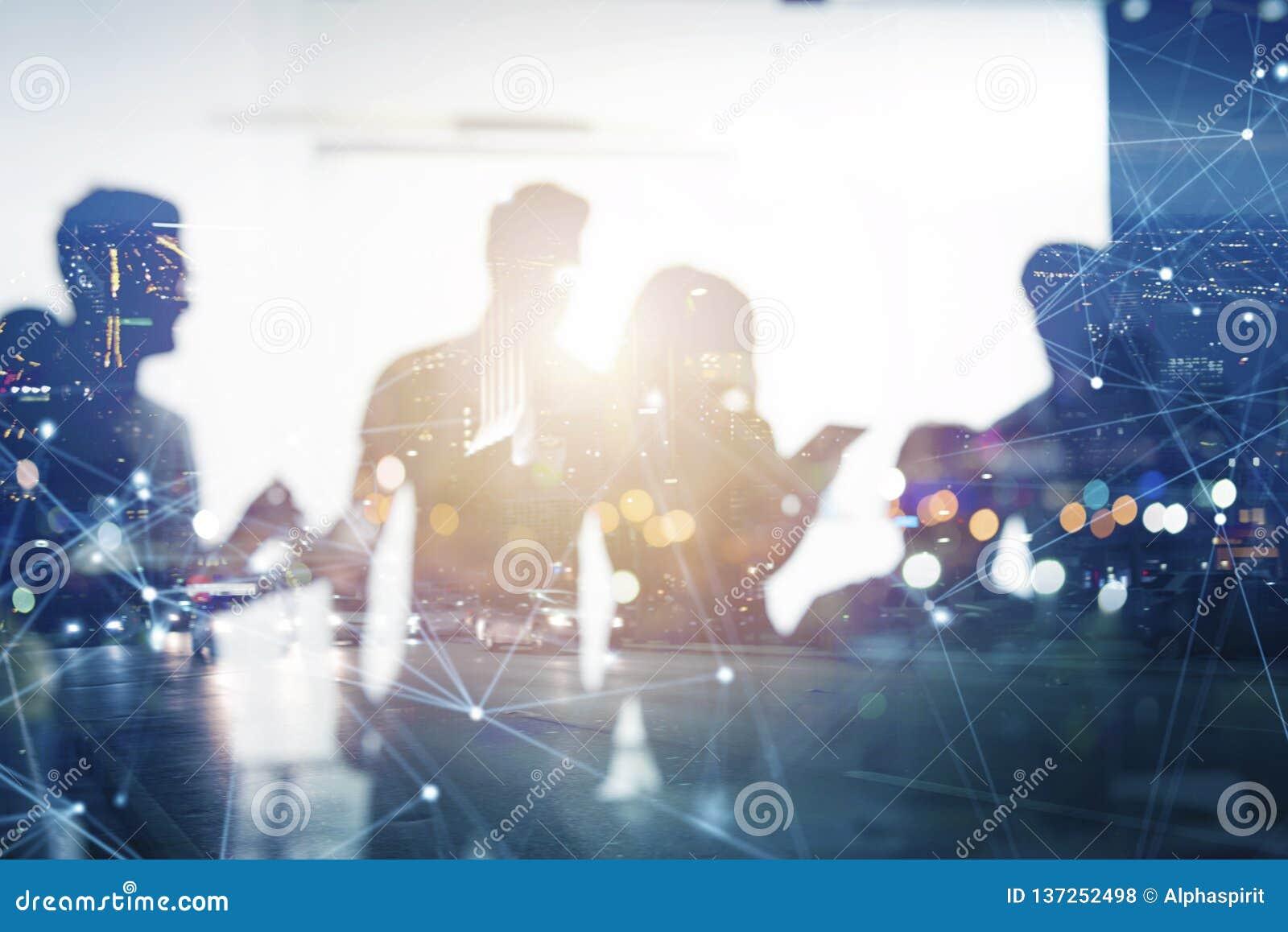 Affärsfolket arbetar tillsammans i regeringsställning med effekter för internetnätverk Begrepp av teamwork och partnerskap double