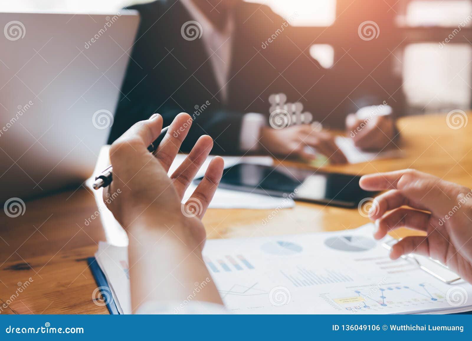 Affärsfolket debatterar i konferensrummet och arbetar på en lösning till företagsbudgeten